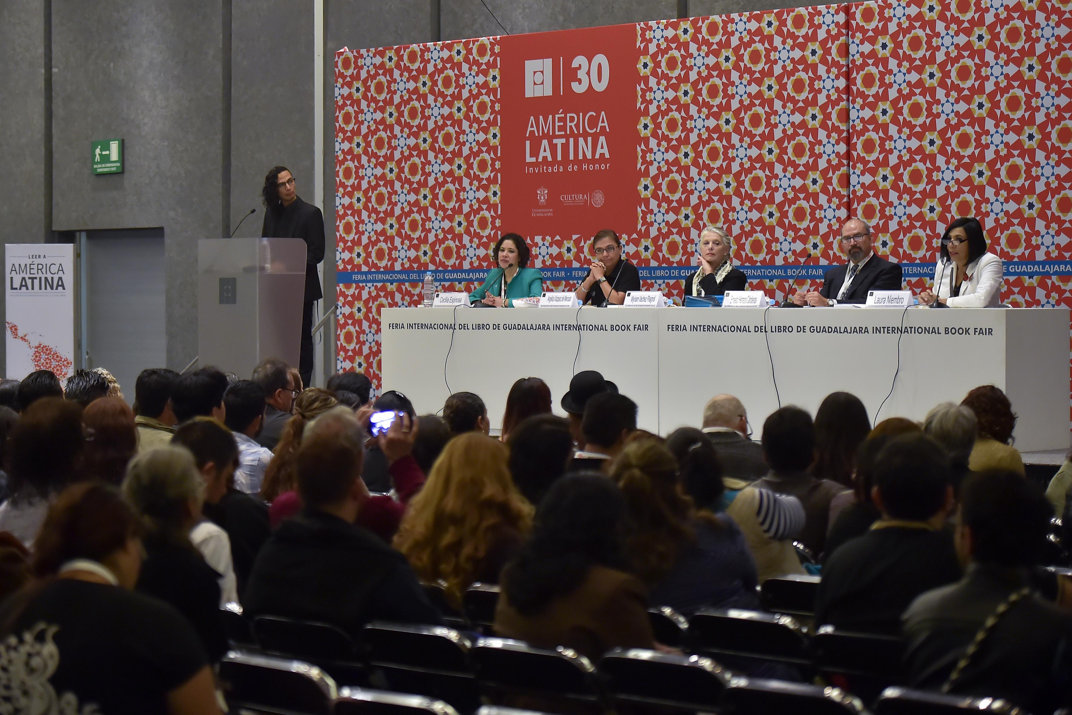"""Miembros panelistas participantes en ceremonia de premiación a promotores de lectura del SEMS de la Universidad de Guadalajara """"Leer América Latina""""."""