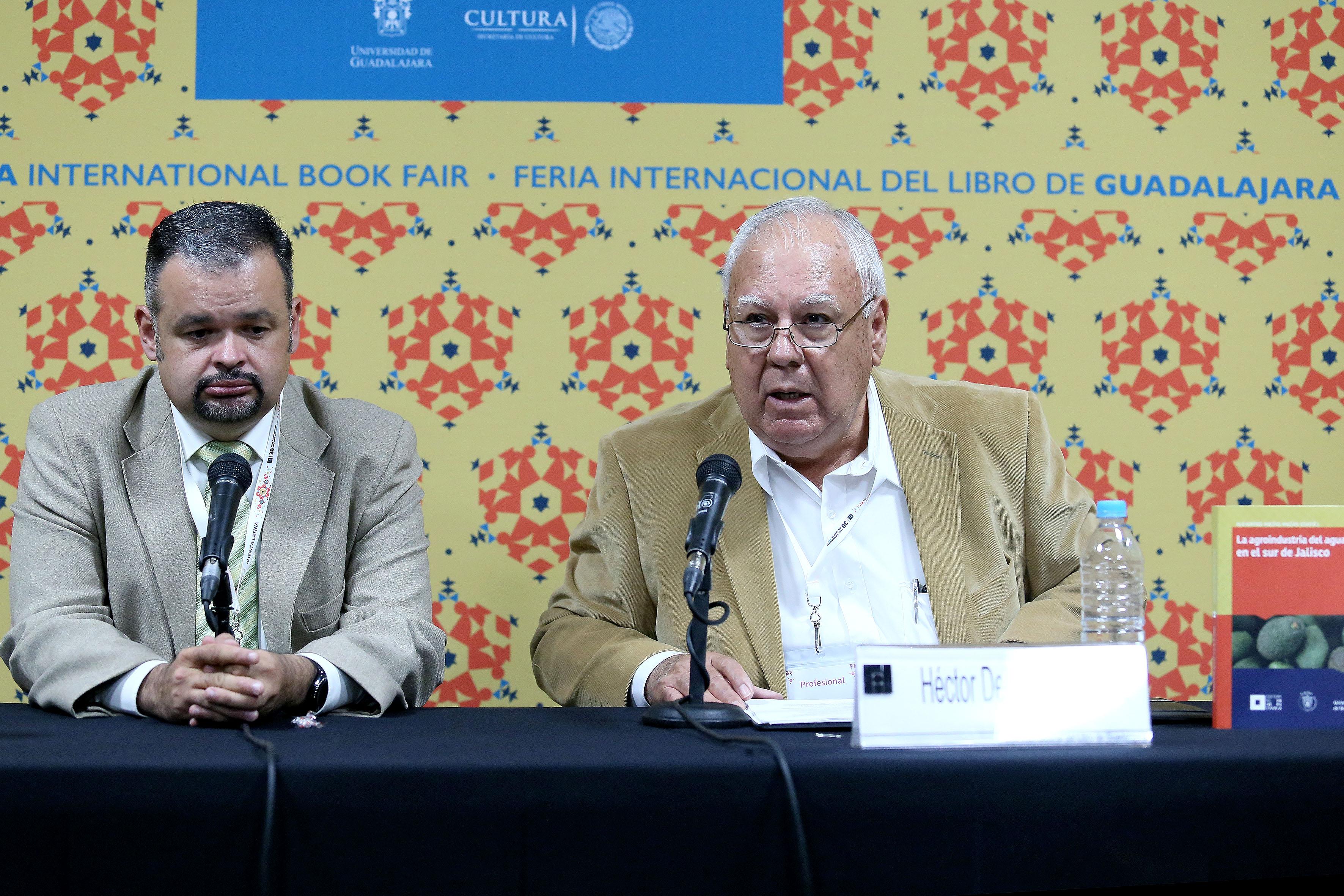"""Miembros del presidium presentando el libro """"La agroindustria del aguacate en el sur de Jalisco"""", en el marco de la 30 Feria Internacional del Libro 2016"""