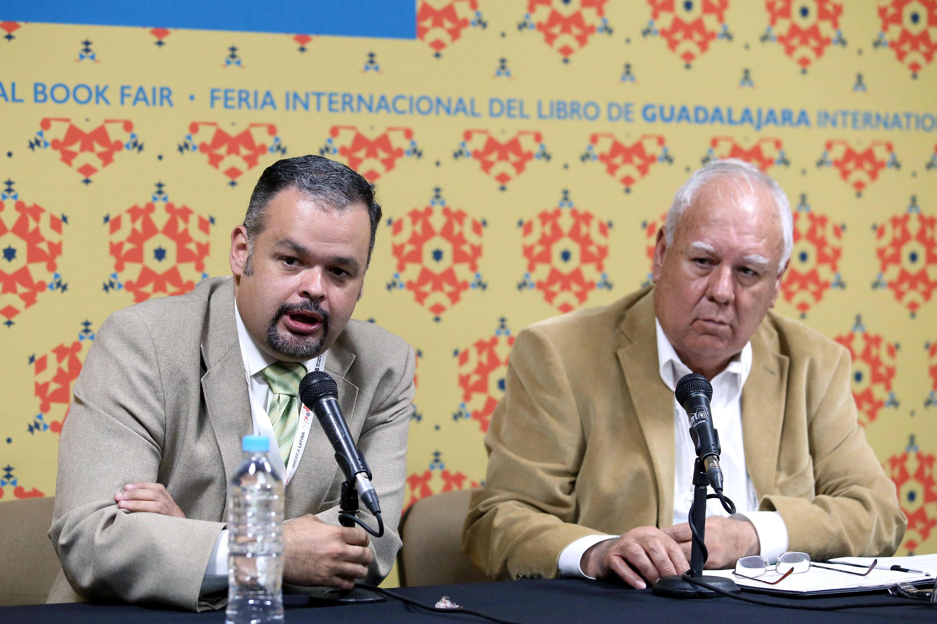 Doctor Alejandro Macías Macías, Director de la División de Ciencias Sociales y Humanidades del CUSur, frente al micrófono