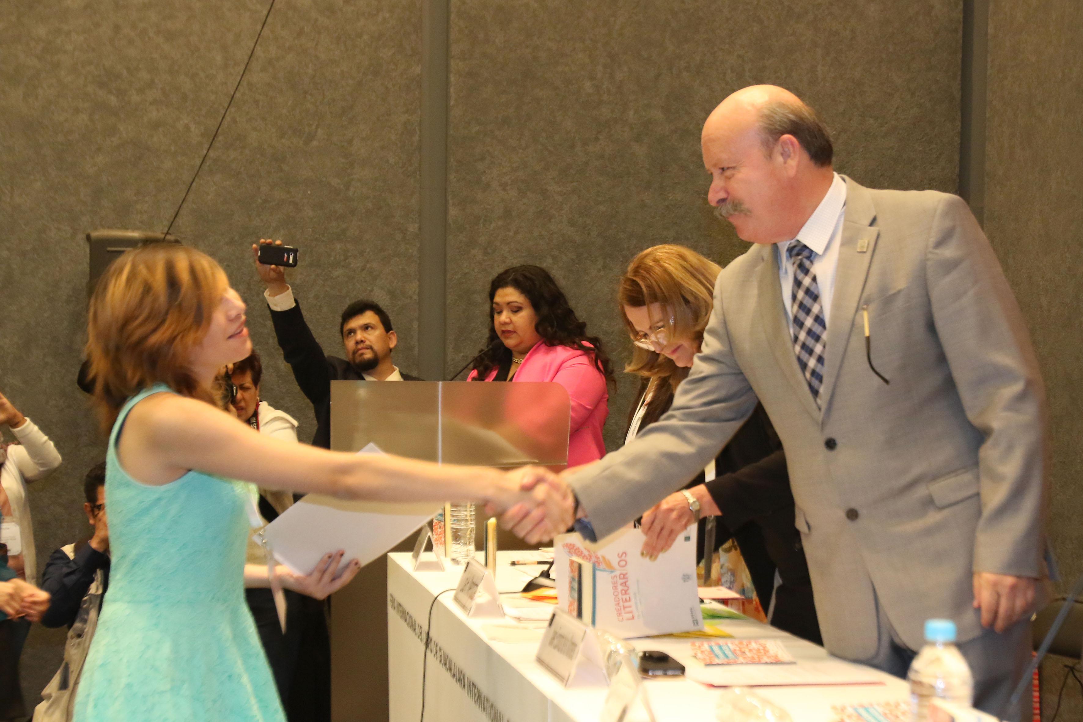 Director general del SEMS, maestro Javier Espinoza de los Monteros Cárdenas, felicitando a ganador del concurso.