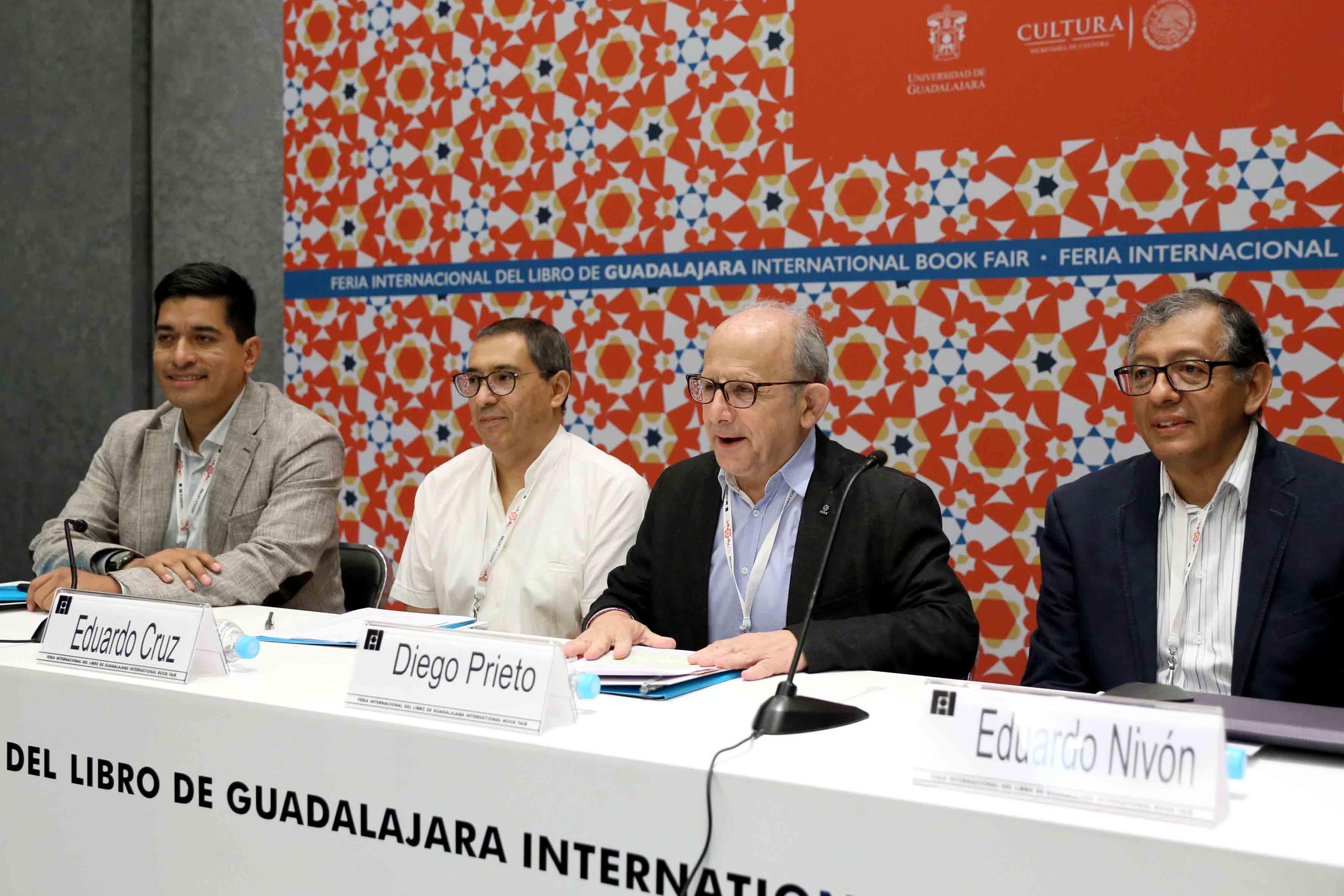 Miembros honorables del presidium, participando en el panel, en el marco de la Feria Internacional del Libro, llevado a cabo en el recinto Expo Guadalajara.