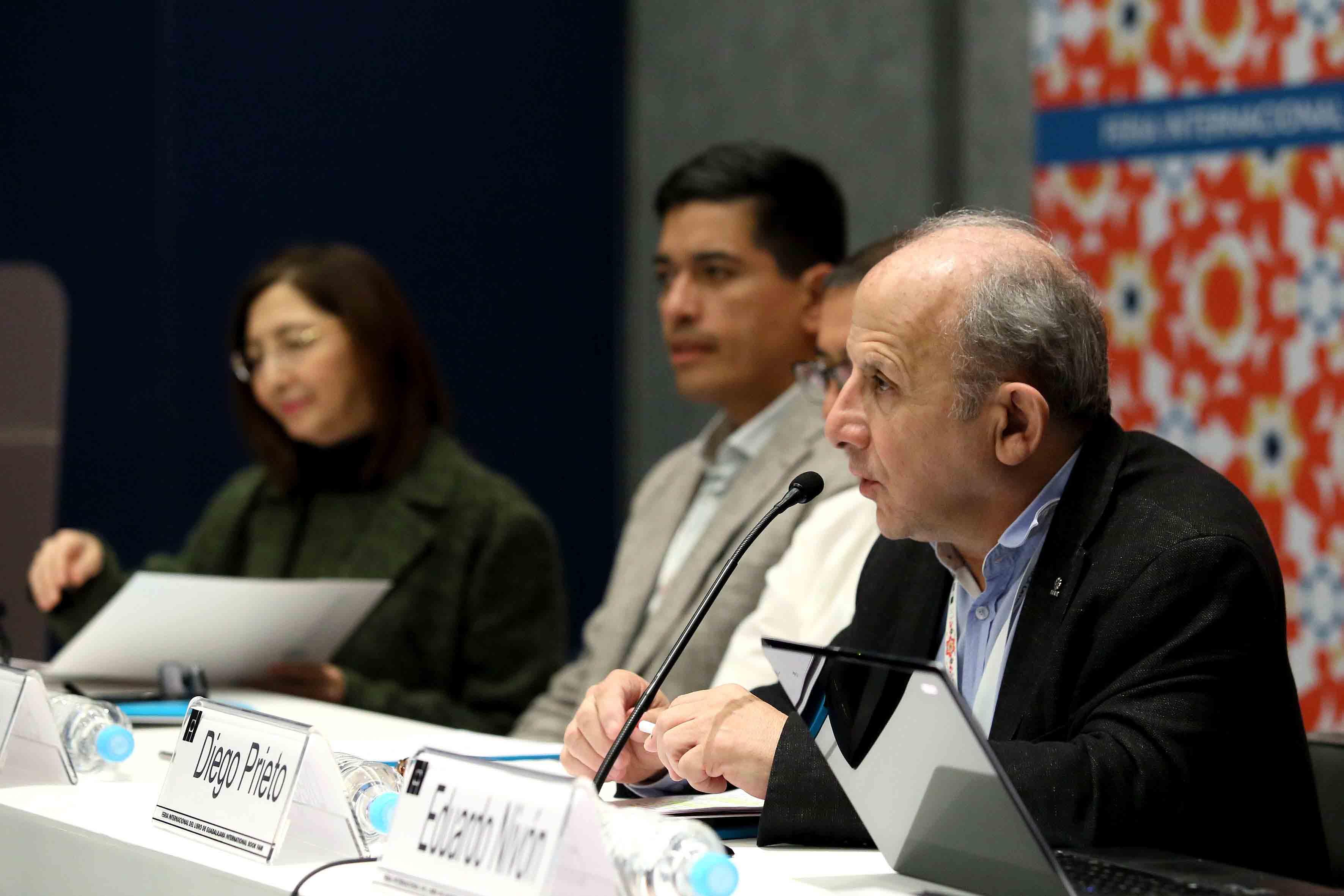 Antropólogo Diego Prieto Hernández, Profesor universitario y autor de diversas publicaciones, frente al micrófono.