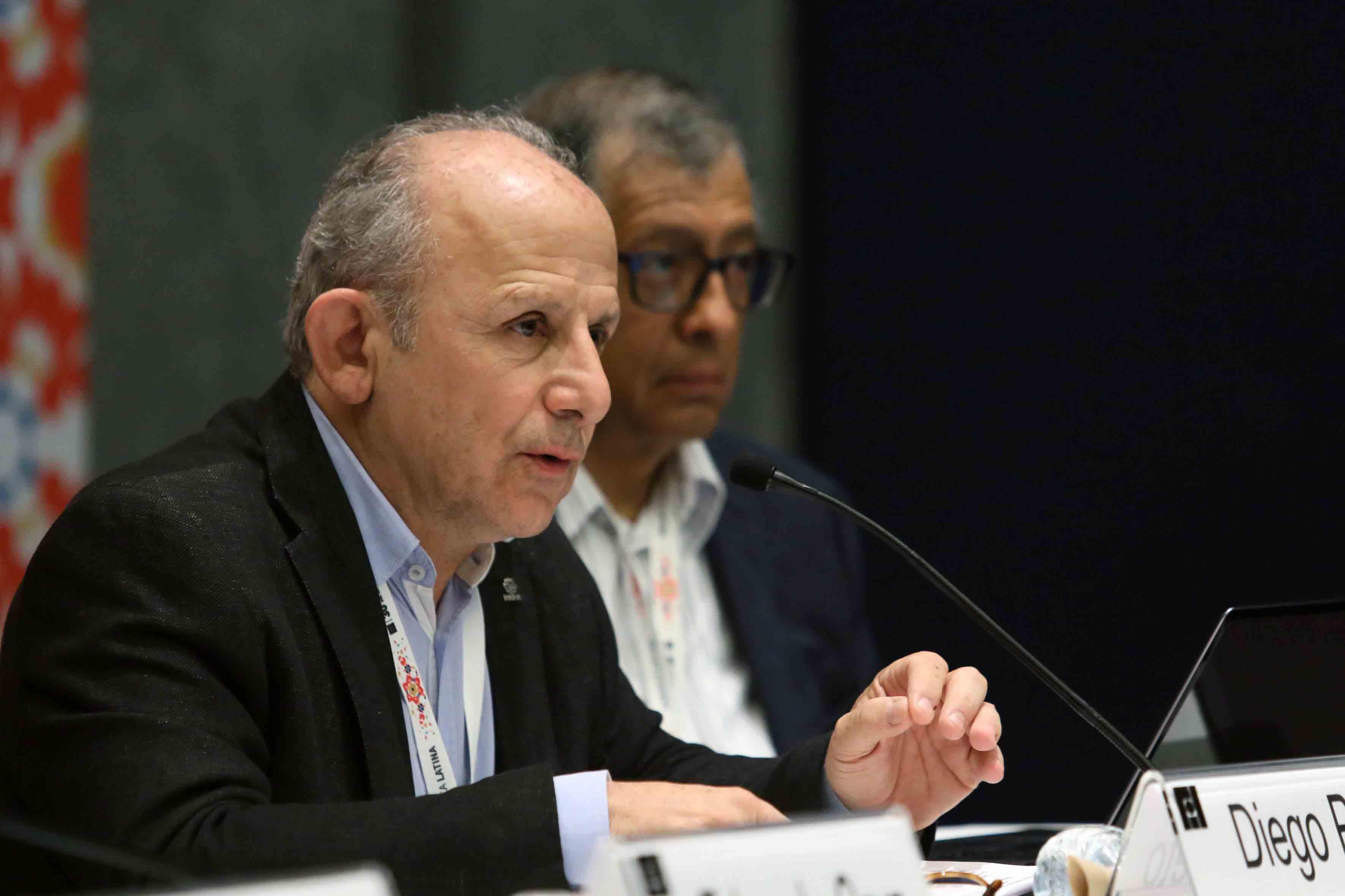 Antropólogo Diego Prieto Hernández, Profesor universitario y autor de diversas publicaciones, participando en el panel.
