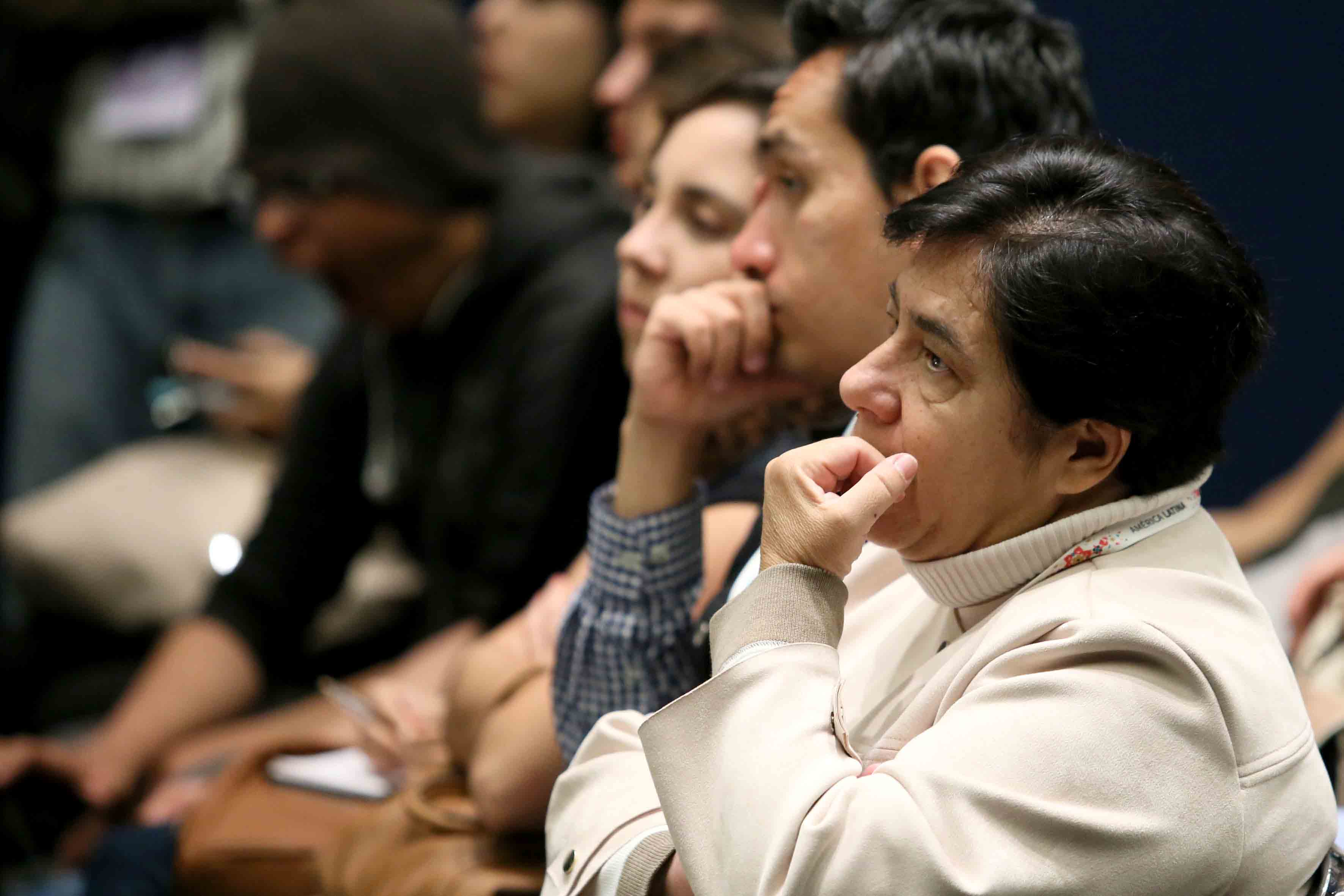 """Público asistente al panel: """"¿Todo sigue igual en política cultural?"""", llevado a cabo en el recinto Expo Guadalajara."""