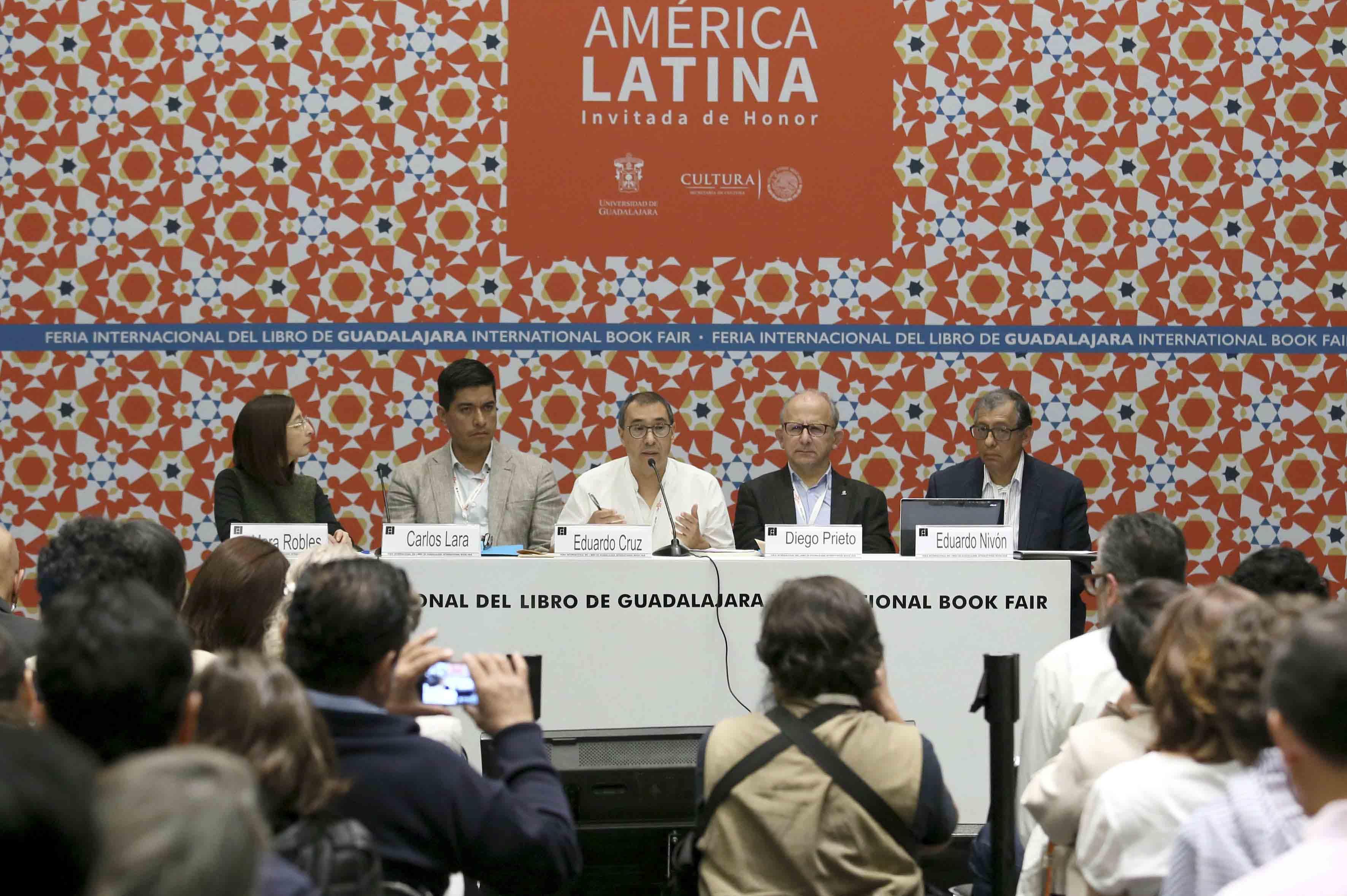 """Miembros honorables del presidium, participando en el panel """"¿Todo sigue igual en política cultural?"""", durante el Coloquio Políticas Culturales en México."""