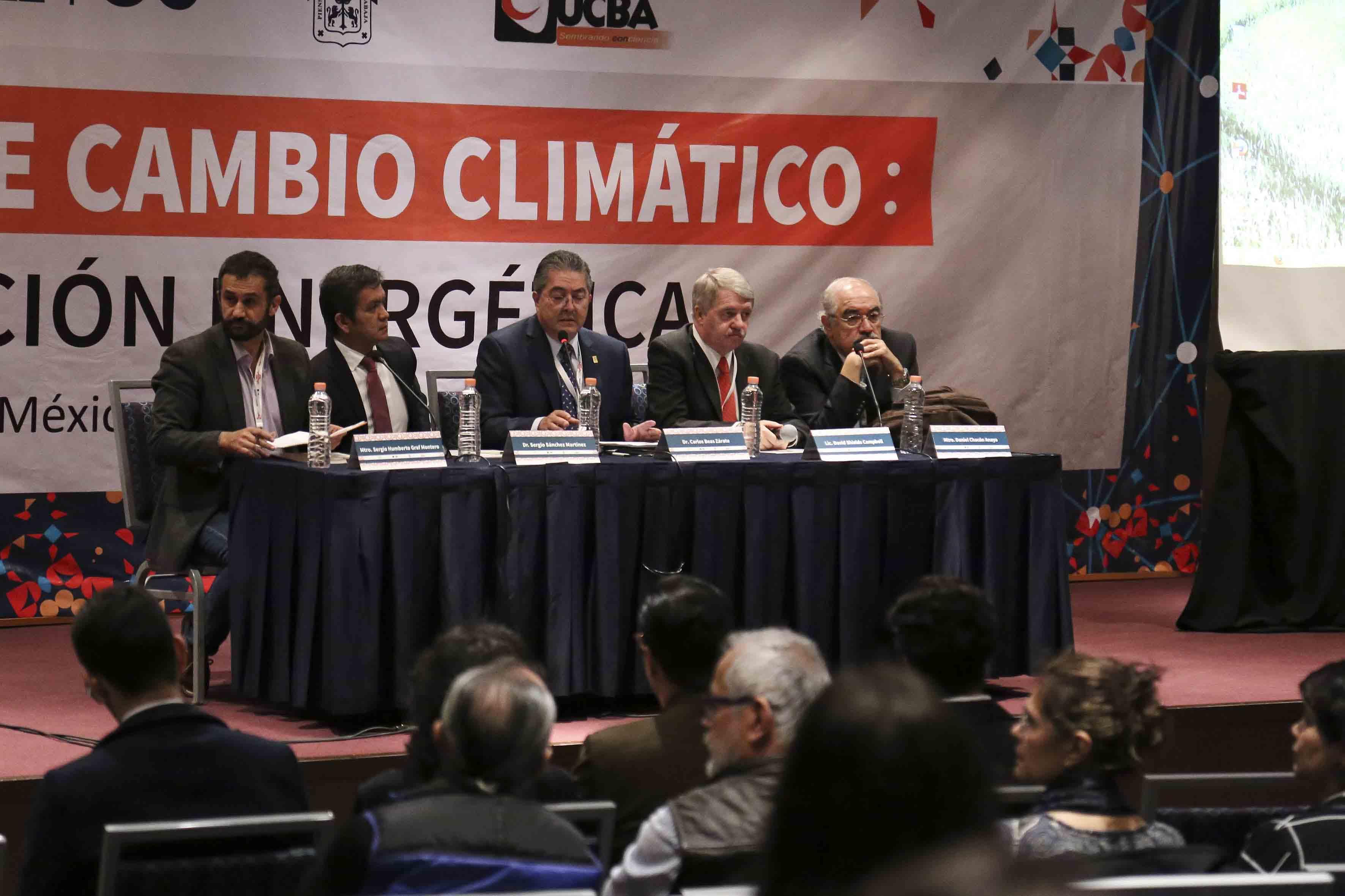 Miembros panelistas participantes en el Foro sobre cambio climático, transición y energía fotovoltáica, durante la FIL.