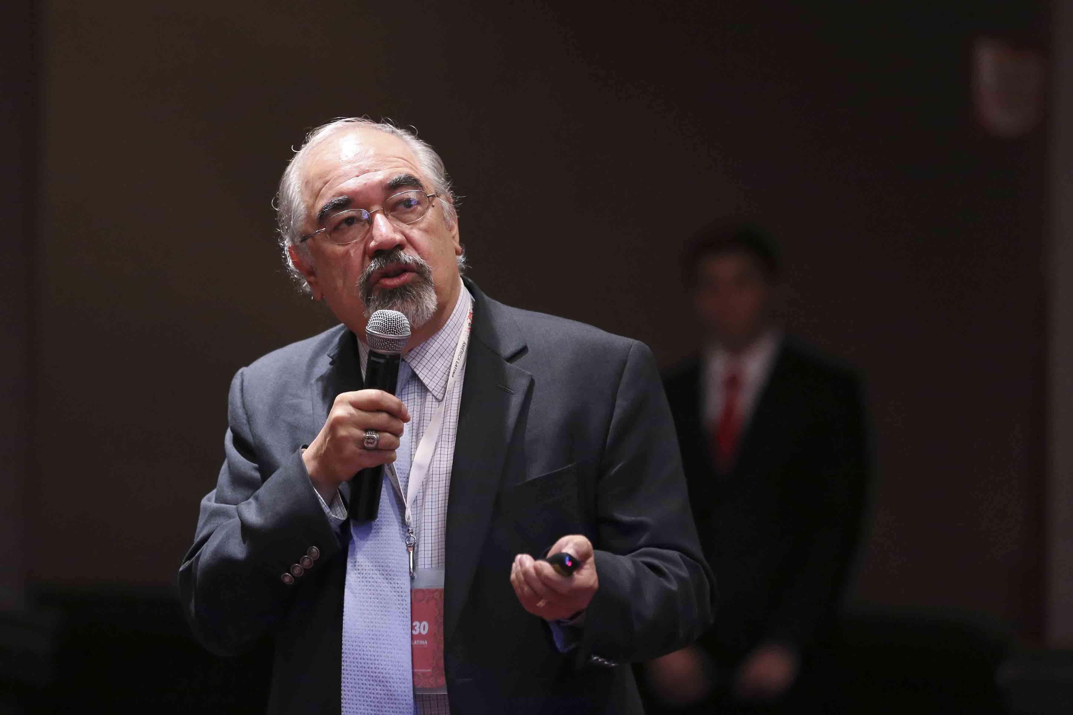 """Doctor Daniel Chacón Anaya, responsable del Portafolio de Subvenciones para la Descarbonización de la Energía e Iniciativa Climática de México, de la red de organizaciones de ClimateWorks Foundation, dictando la conferencia """"La contribución de las energías limpias a los compromisos de México para la mitigación de emisiones de gases de efecto invernadero""""."""