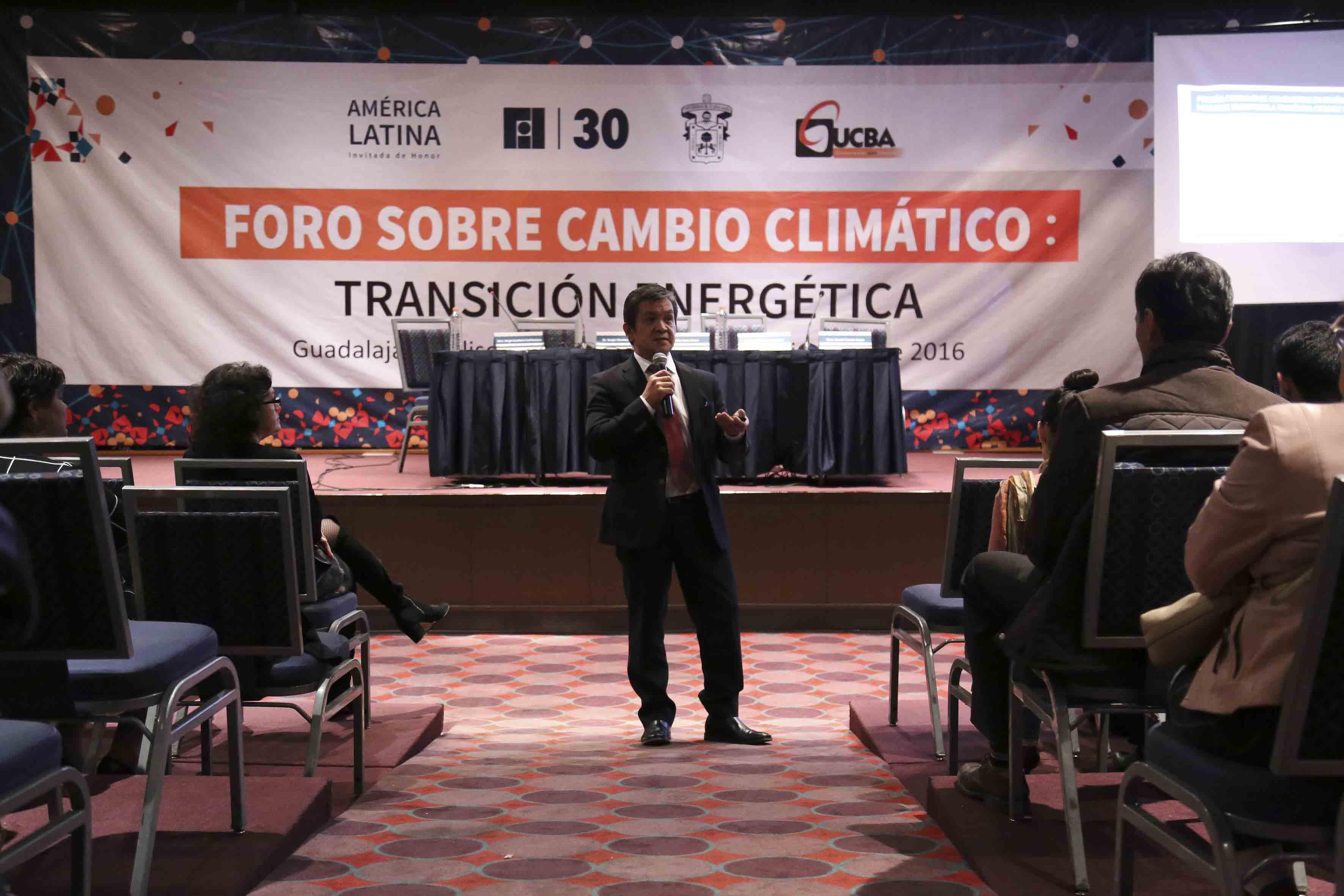 Dr. Sergio Sánchez martínez, dando una plática durante el Foro sobre cambio climático, transición y energía fotovoltáica.