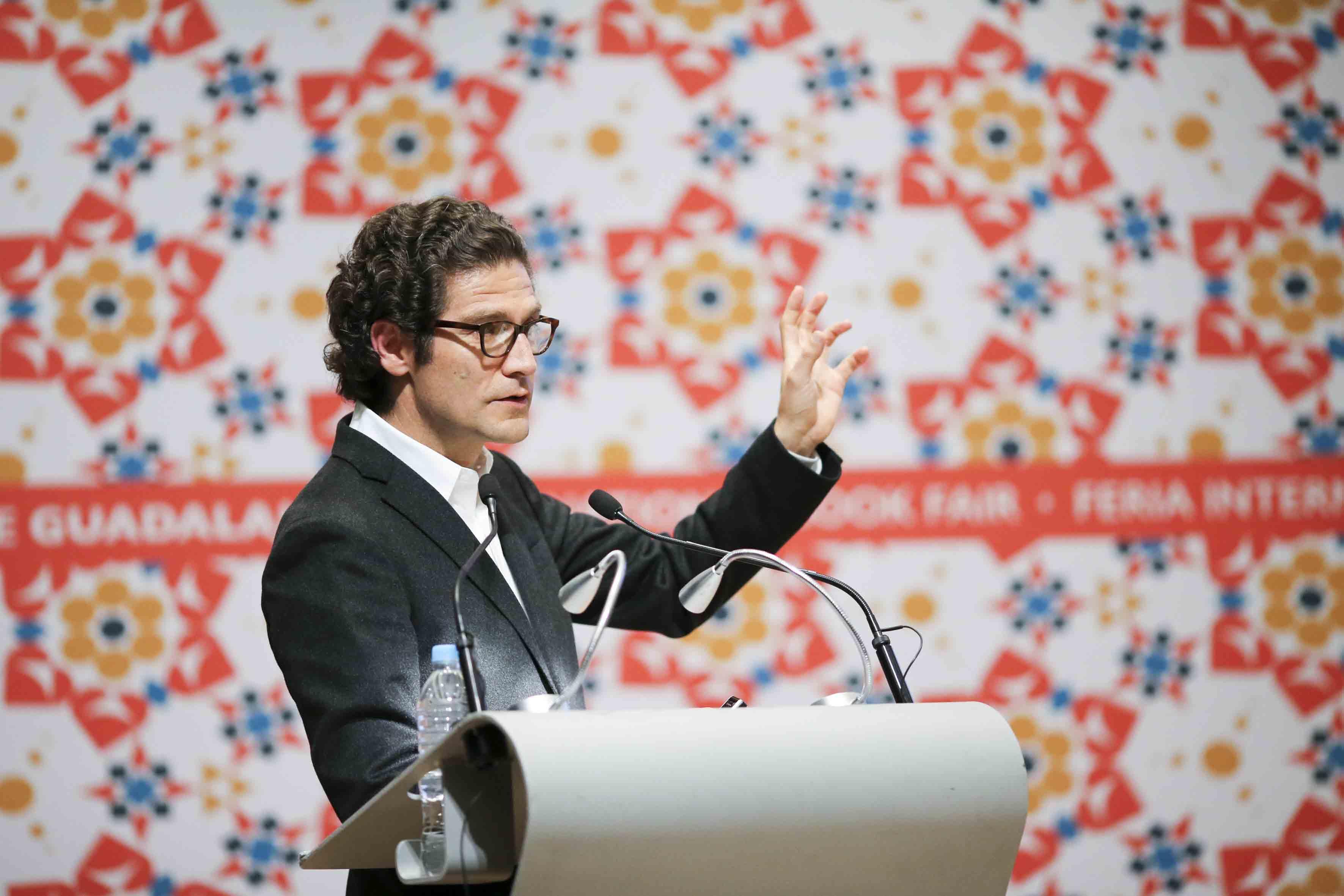 Arquitecto colombiano Juan Pablo Ortiz, haciendo uso de la palabra, desde el podium.