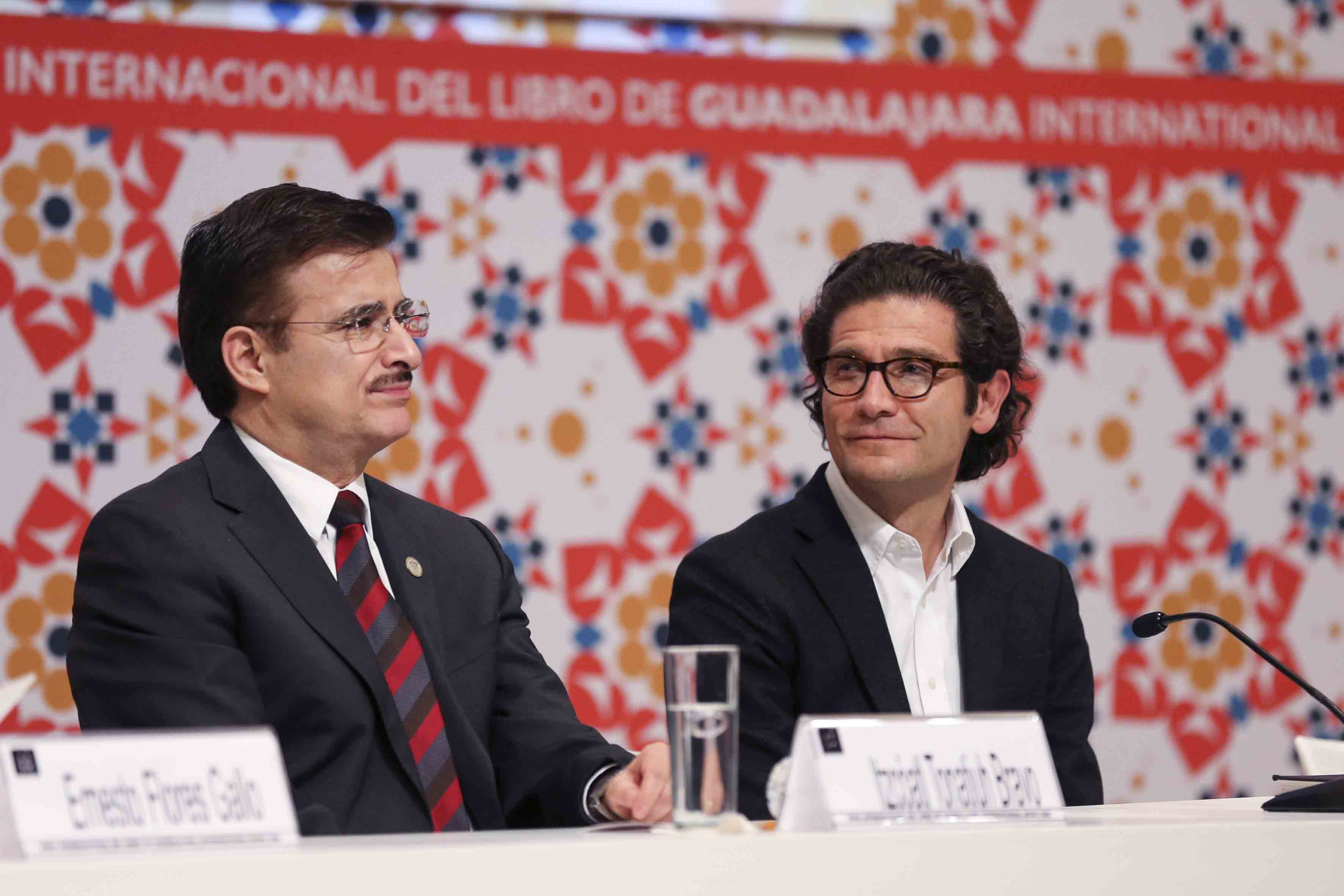 Maestro Itzcóatl Tonatiuh Bravo Padilla, Rector General de la Universidad de Guadalajara y Arquitecto colombiano Juan Pablo Ortiz, fungiendo como miembros del presidium.
