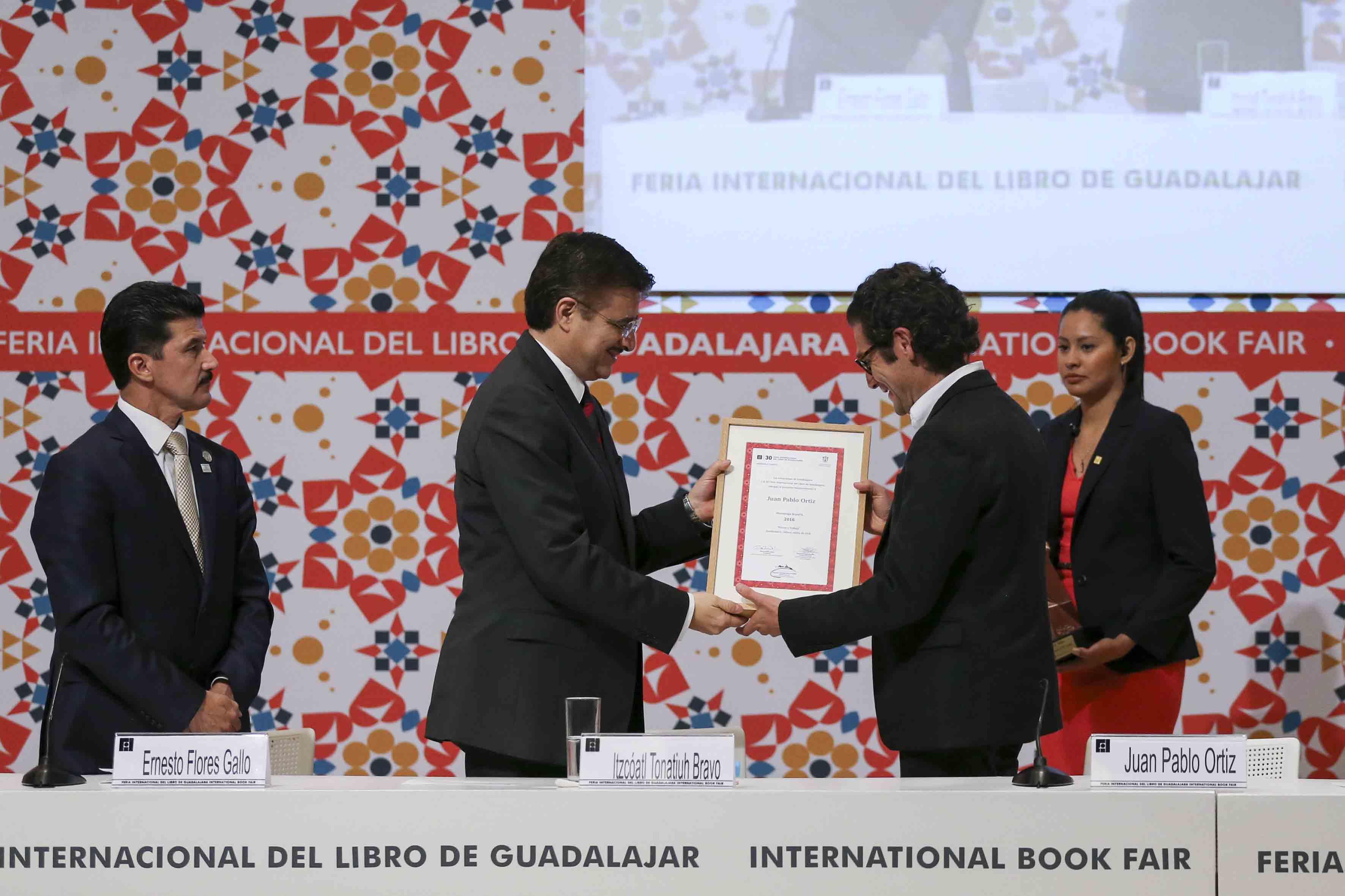 Maestro Itzcóatl Tonatiuh Bravo Padilla, Rector General de la Universidad de Guadalajara, entregando reconocimiento al Arquitecto colombiano Juan Pablo Ortiz.