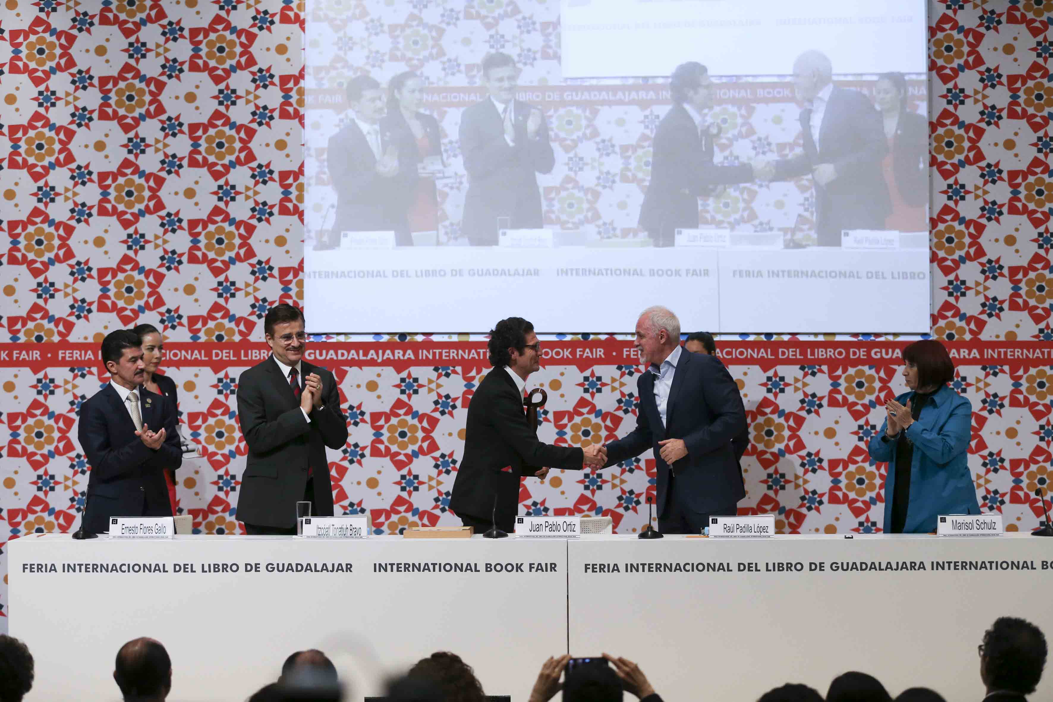 Licenciado Raúl Padilla López, Presidente de la Feria Internacional del Libro, felicitando de mano al Arquitecto colombiano Juan Pablo Ortiz, por el merecido reconocimiento.