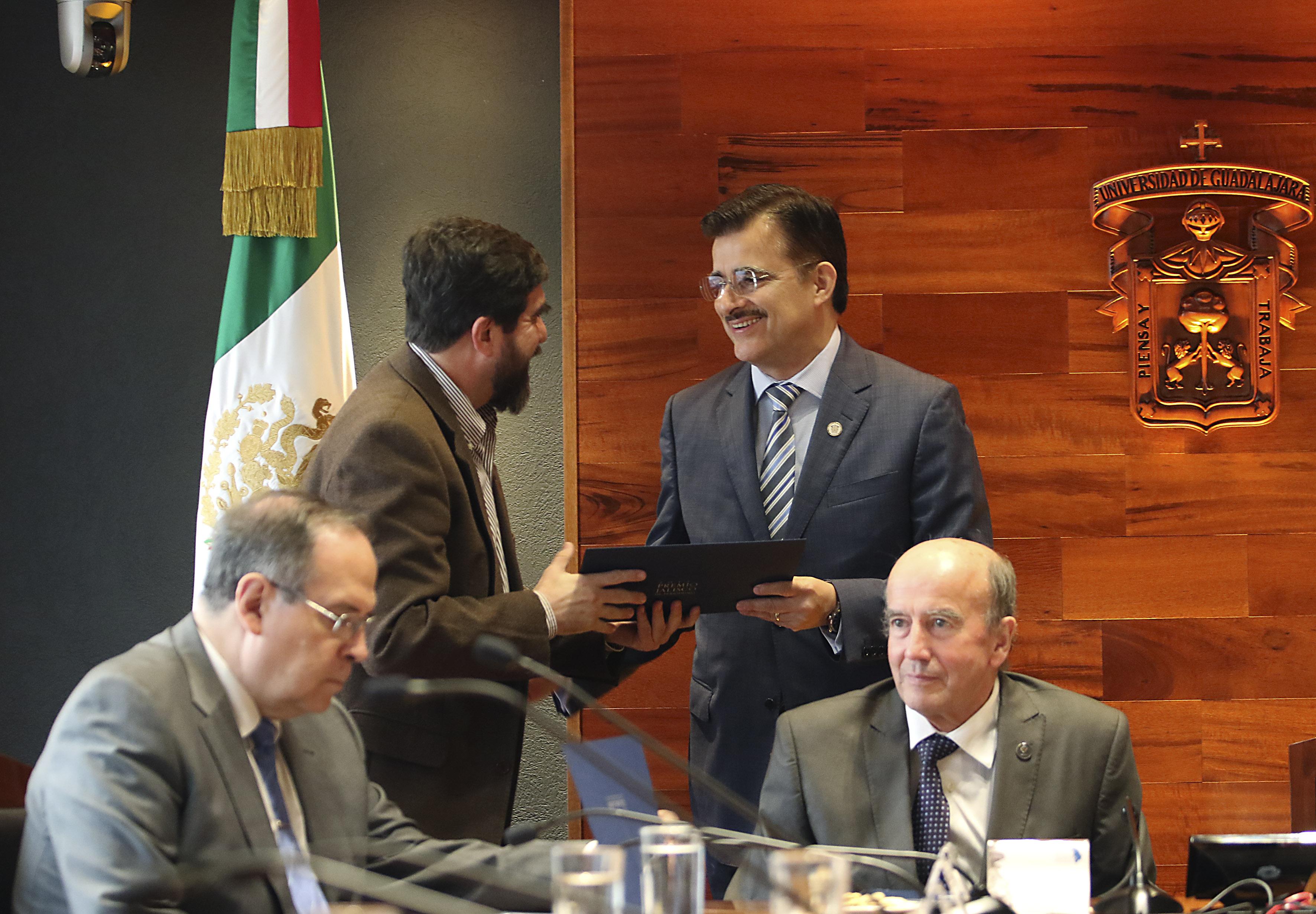 Mtro. Itzcóatl Tonatiuh Bravo Padilla participando en la entrega de presidencia del Premio Jalisco de Periodismo