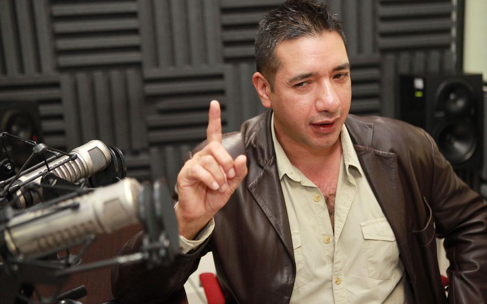 Alonso Torres Cordova en cabina de Radio Universidad de Guadalajara