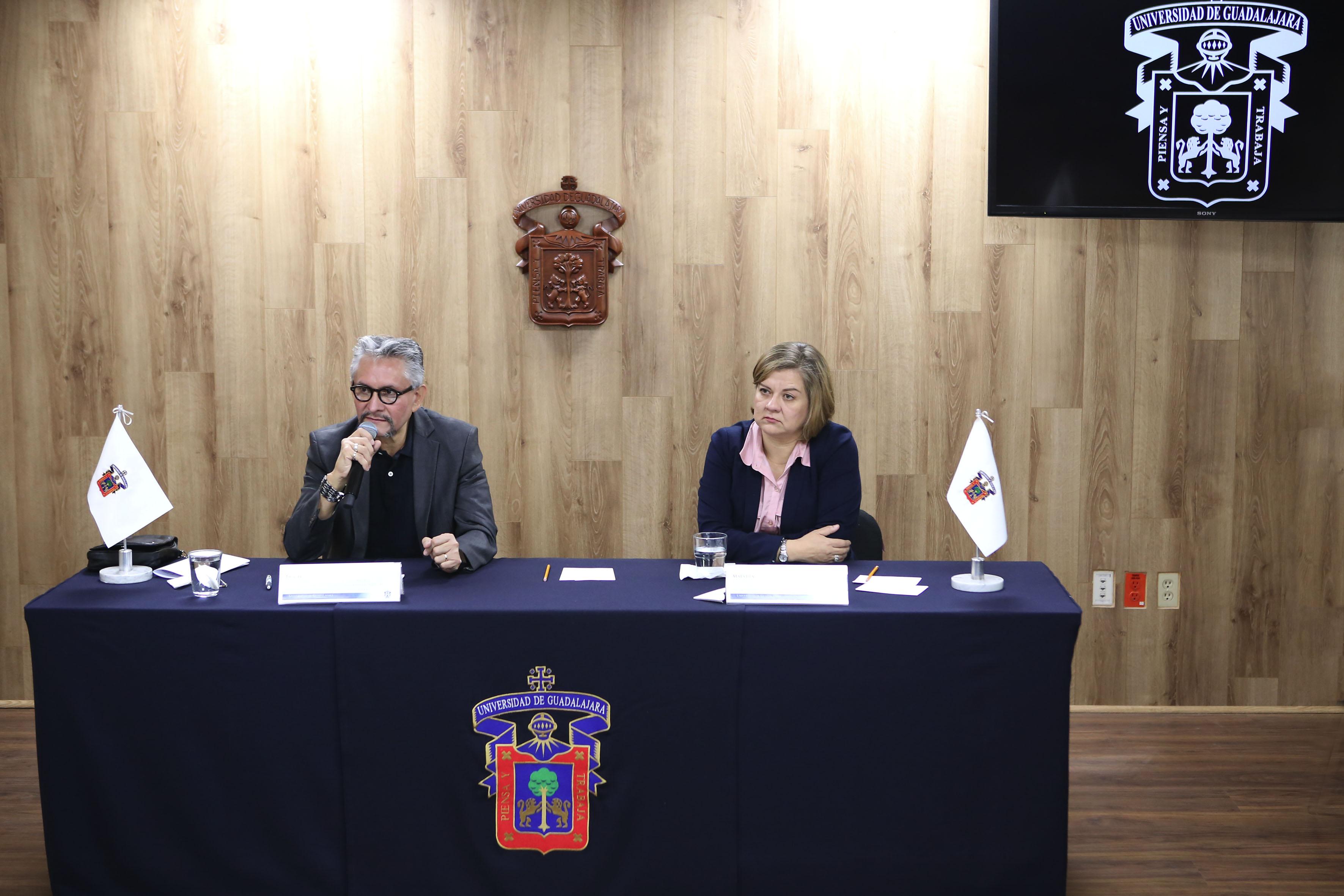 Los académicos del Sistema de Universidad Virtual (SUV), maestra Rosalía Orozco Murillo y el doctor Gerardo Solís