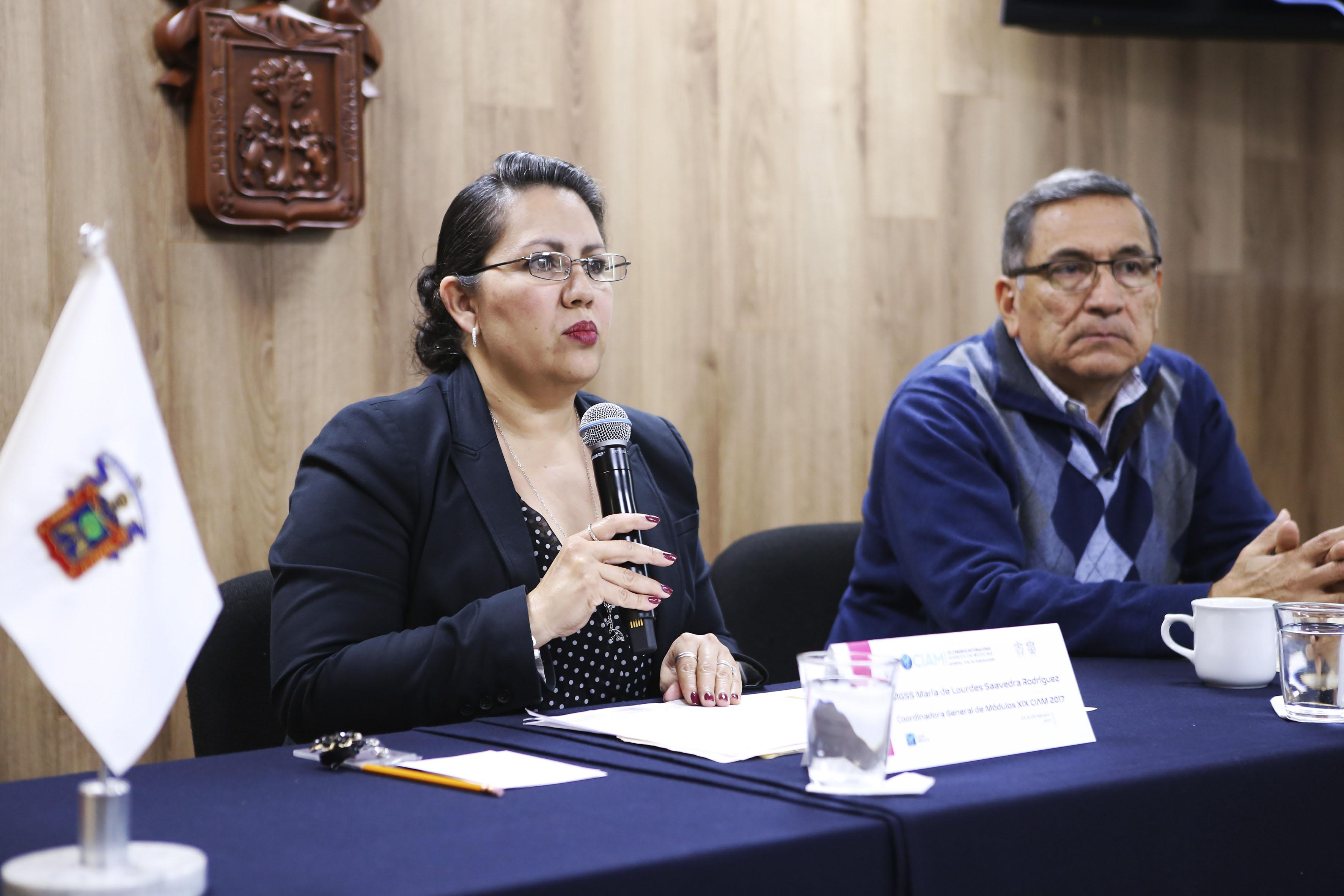La maestra María de Lourdes Saavedra Rodríguez, coordinadora general de Módulos del CIAM y el doctor Arturo Panduro Cerda