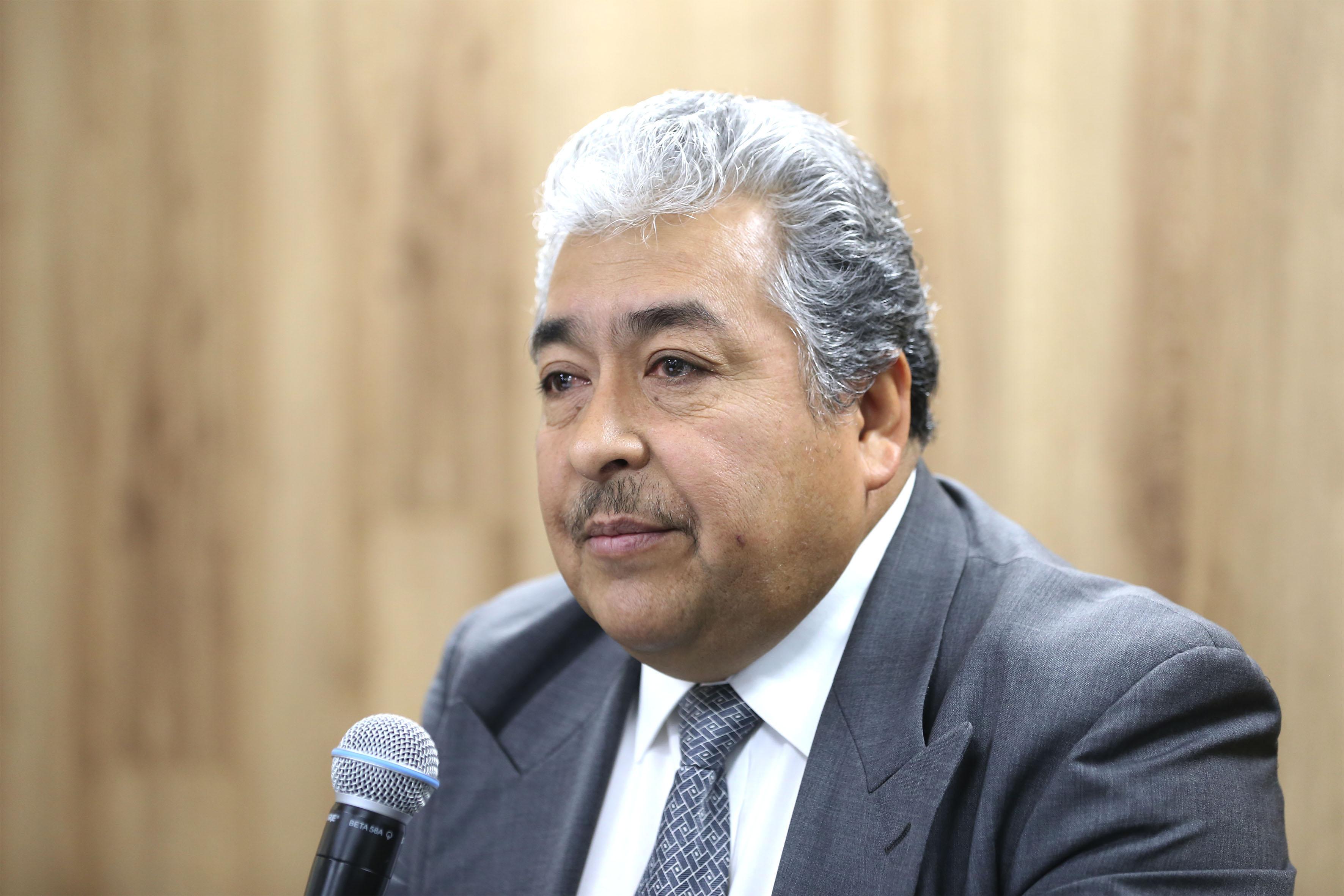 Doctor Héctor Luis del Toro Chávez, investigador del Centro Universitario de Ciencias Económico Administrativas de la Universidad de Guadalajara, con micrófono en mano haciendo uso de la palabra.