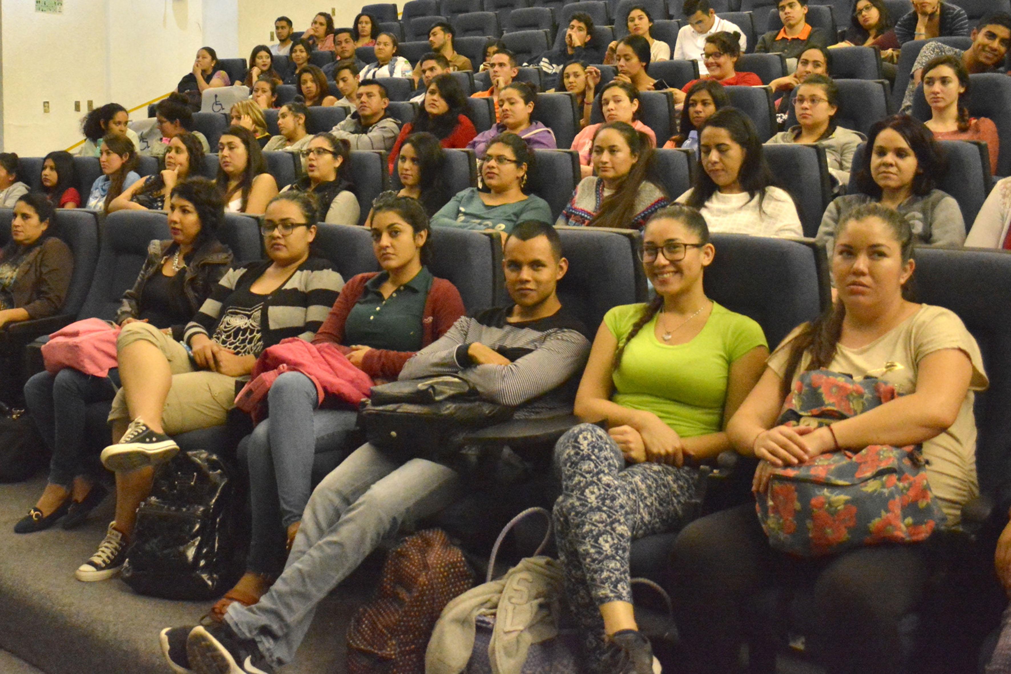 Vista panorámica de estudiantes de turismo, asistente a acto protocolario.