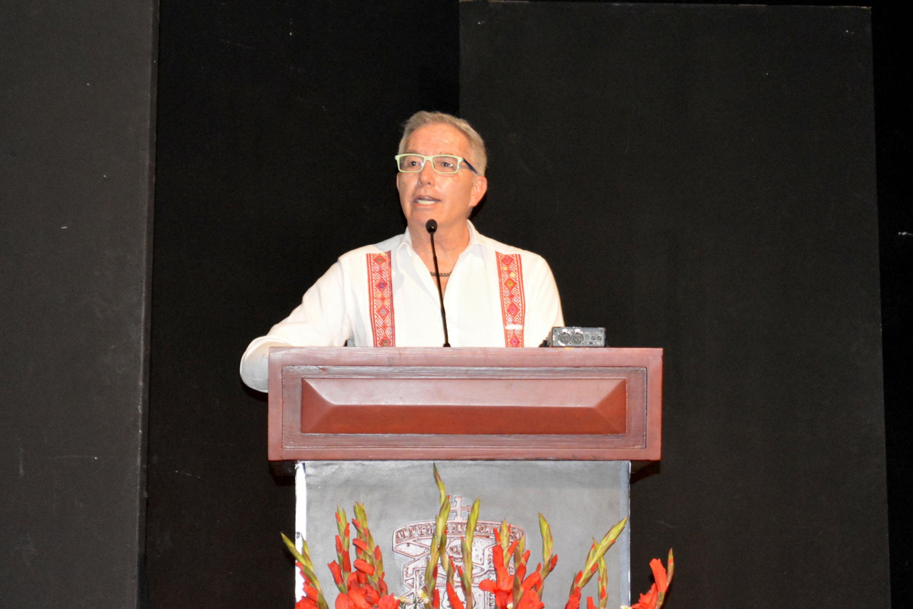 Maestro Rafael Gutiérrez Niebla, presidente del Consejo Nacional para la Calidad de la Educación Turística, AC (Conaet), en podium haciendo uso de la palabra, durante acto protocolario.