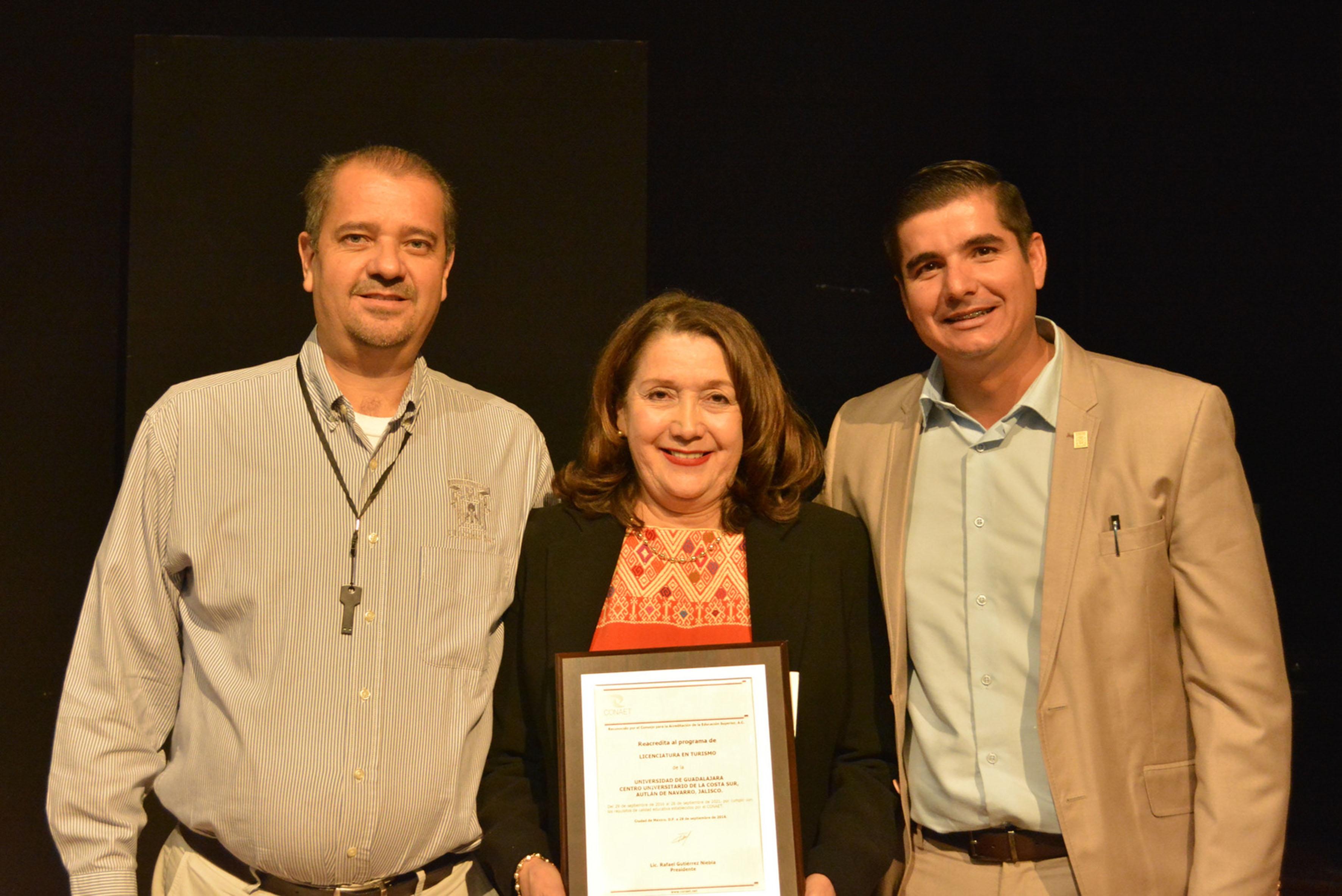 Doctora Lilia Victoria Oliver Sánchez, Rectora del CUCSur, mostrando reacreditación, a un lado de profesores de la carrera de turismo.
