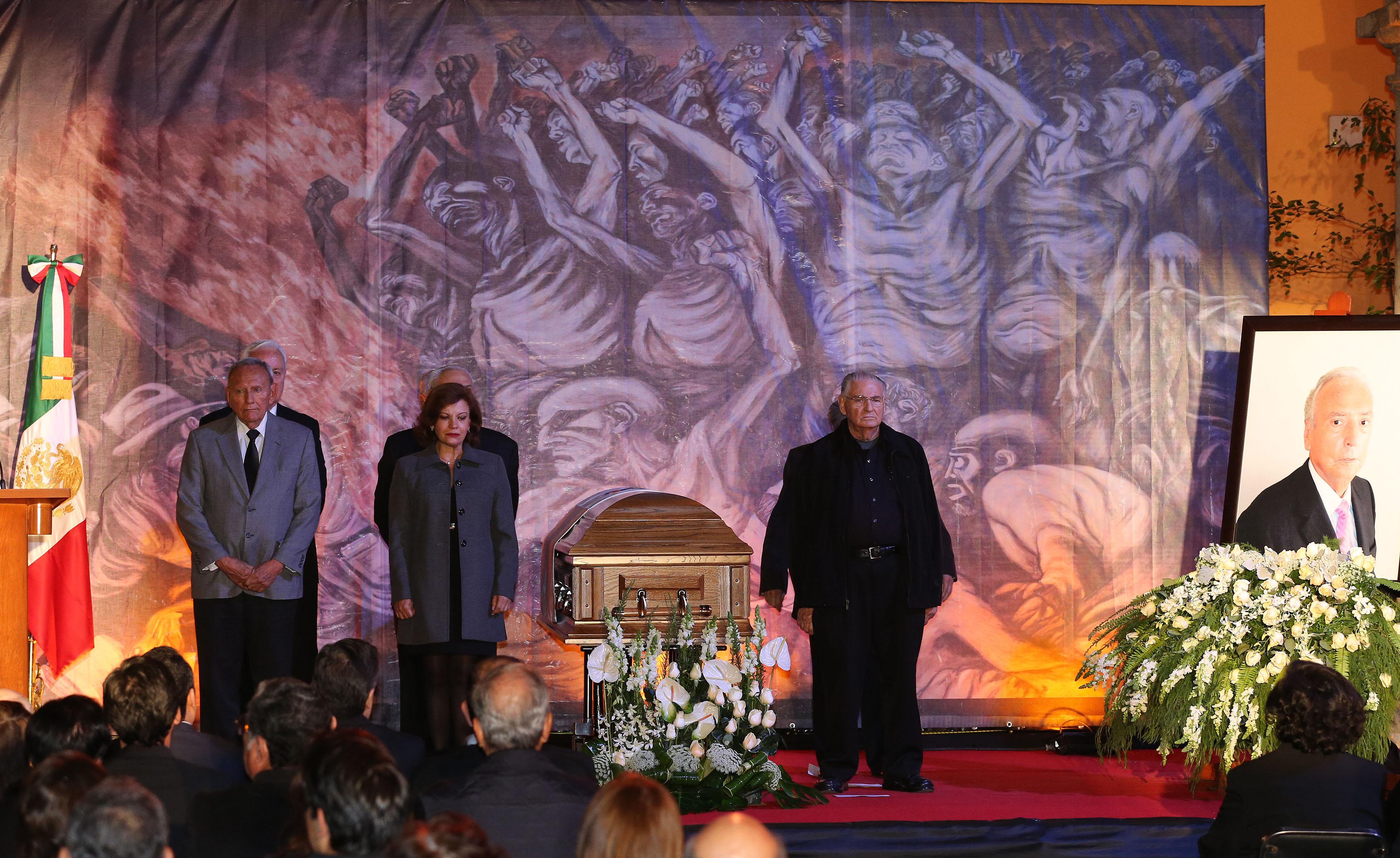 Familiares, colegas y amigos del Doctor José Luis Leal Sanabria, asistentes a la ceremonia luctuosa, en el Ex Claustro de San Agustín.