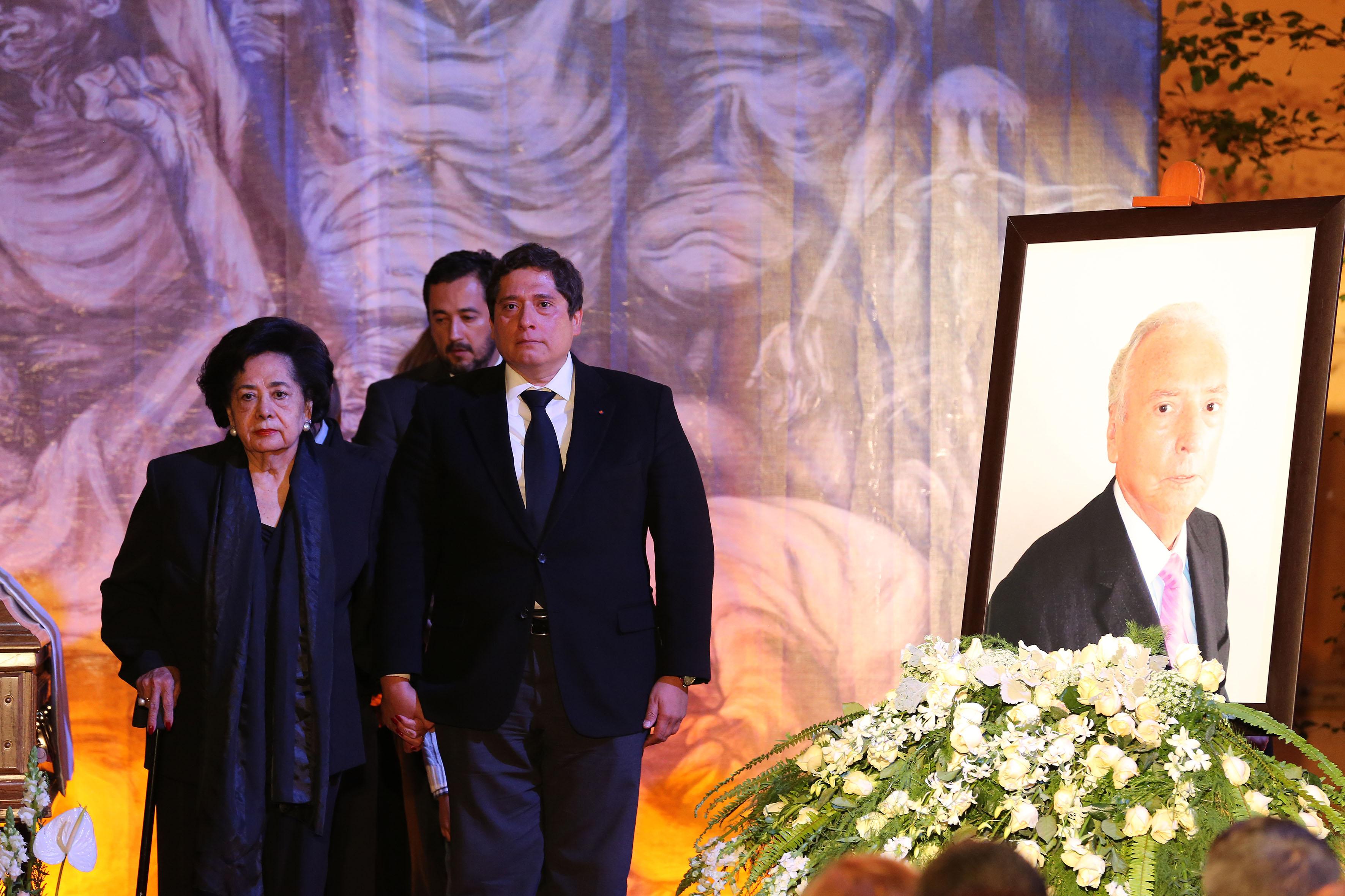 María Soledad Campos González, viuda del homenajeado y sú hijo José Luis Leal Campos, montando guardia a un costado del féretro.