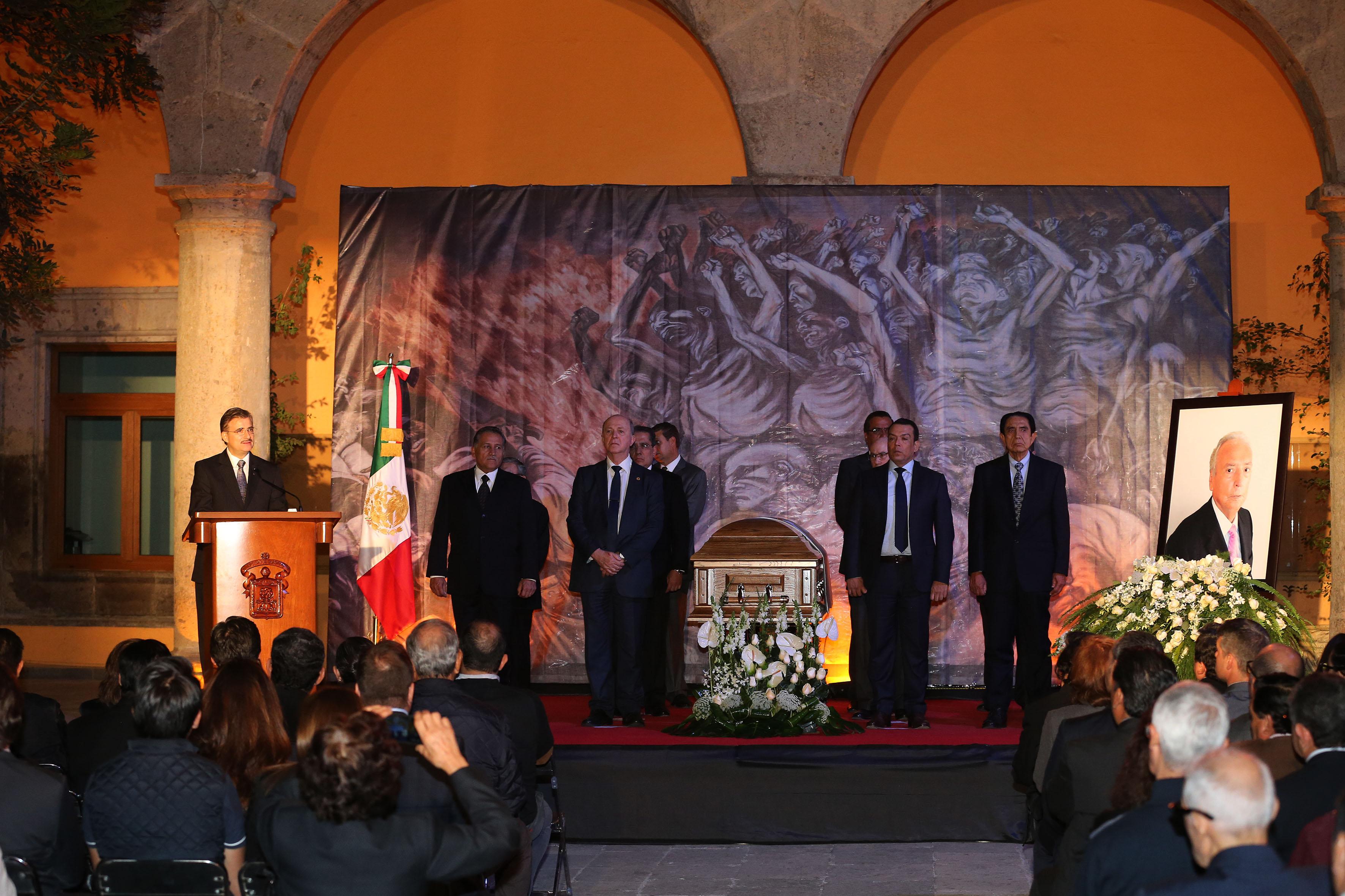 Maestro Itzcóatl Tonatiuh Bravo Padilla, Rector General de la Universidad de Guadalajara, ofreciendo unas palabras en memoria del Maestro Emérito, Doctor José Luis Leal Sanabria.