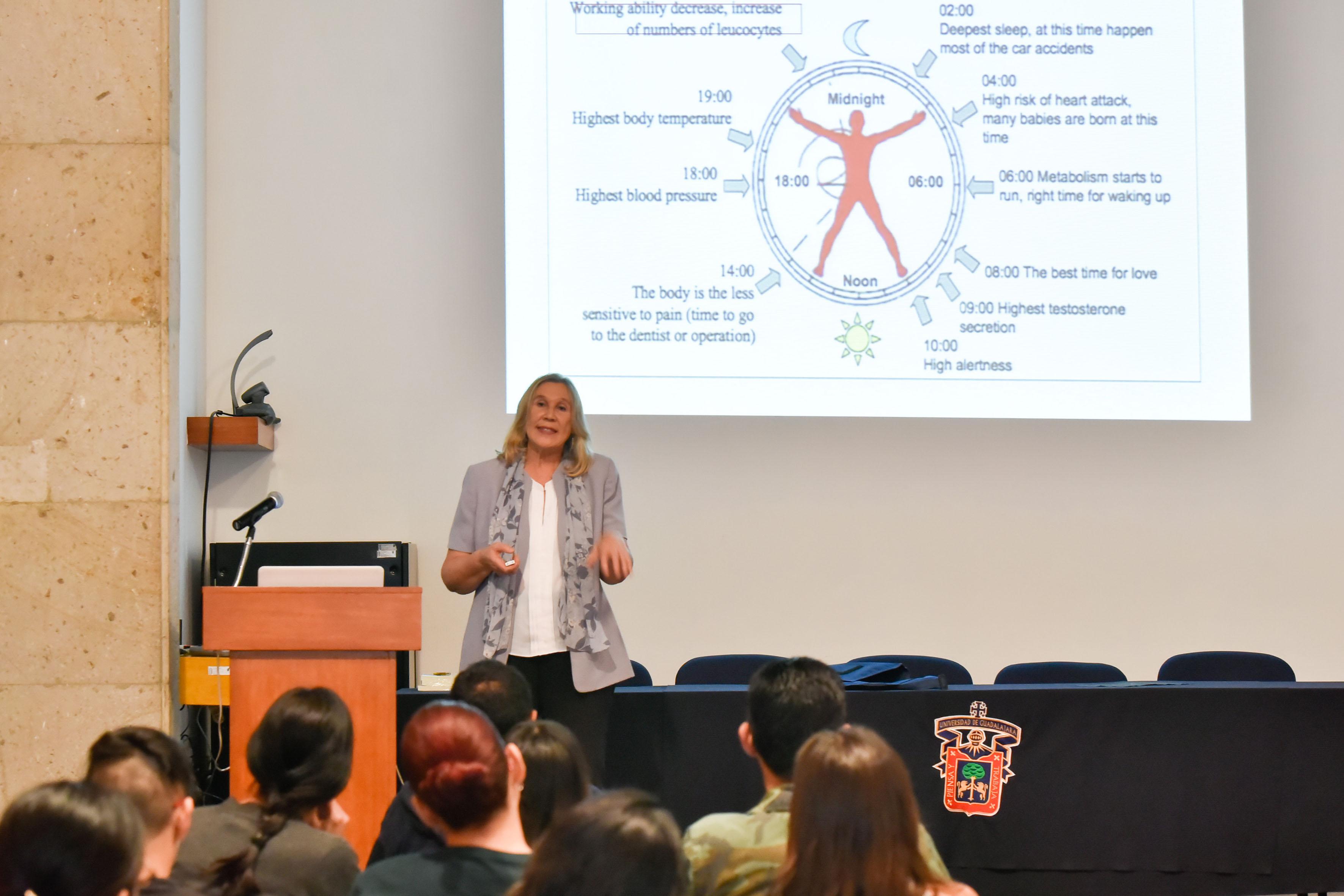La doctora Galina Zaitseva, jefa del Laboratorio de Inmunología del Departamento de Biología Celular y Molecular del Centro Universitario de Ciencias Biológicas y Agropecuarias, impartiendo su conferencia de neuroinmunomodulación.