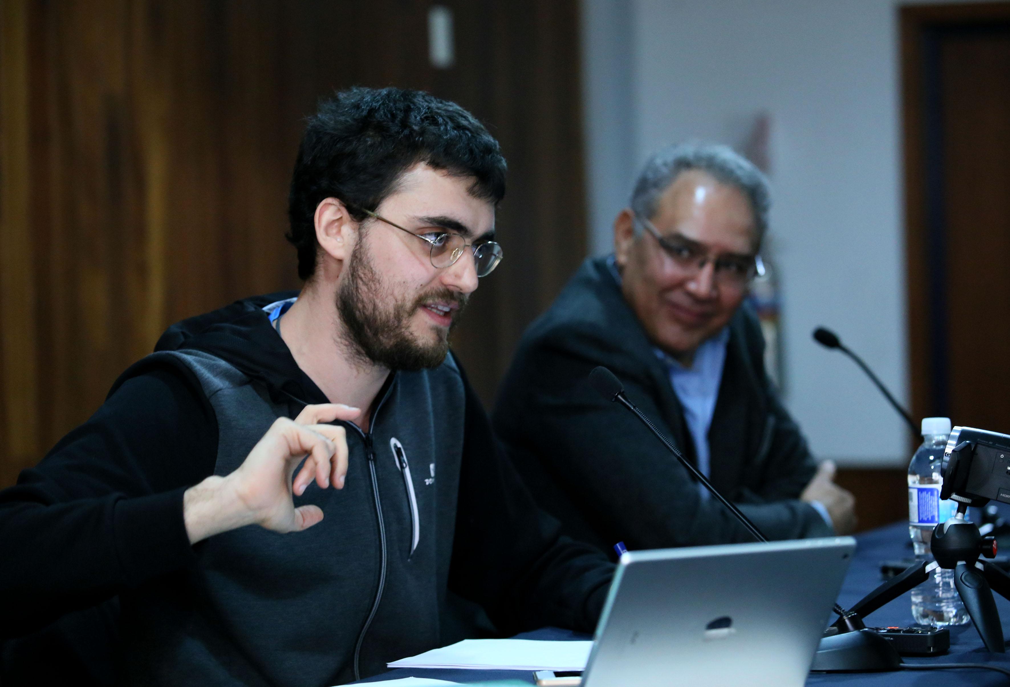 Maestro Ernesto Castro Córdoba, profesor investigador de la Universidad Complutense de Madrid, frente al micrófono, haciendo uso de la voz.
