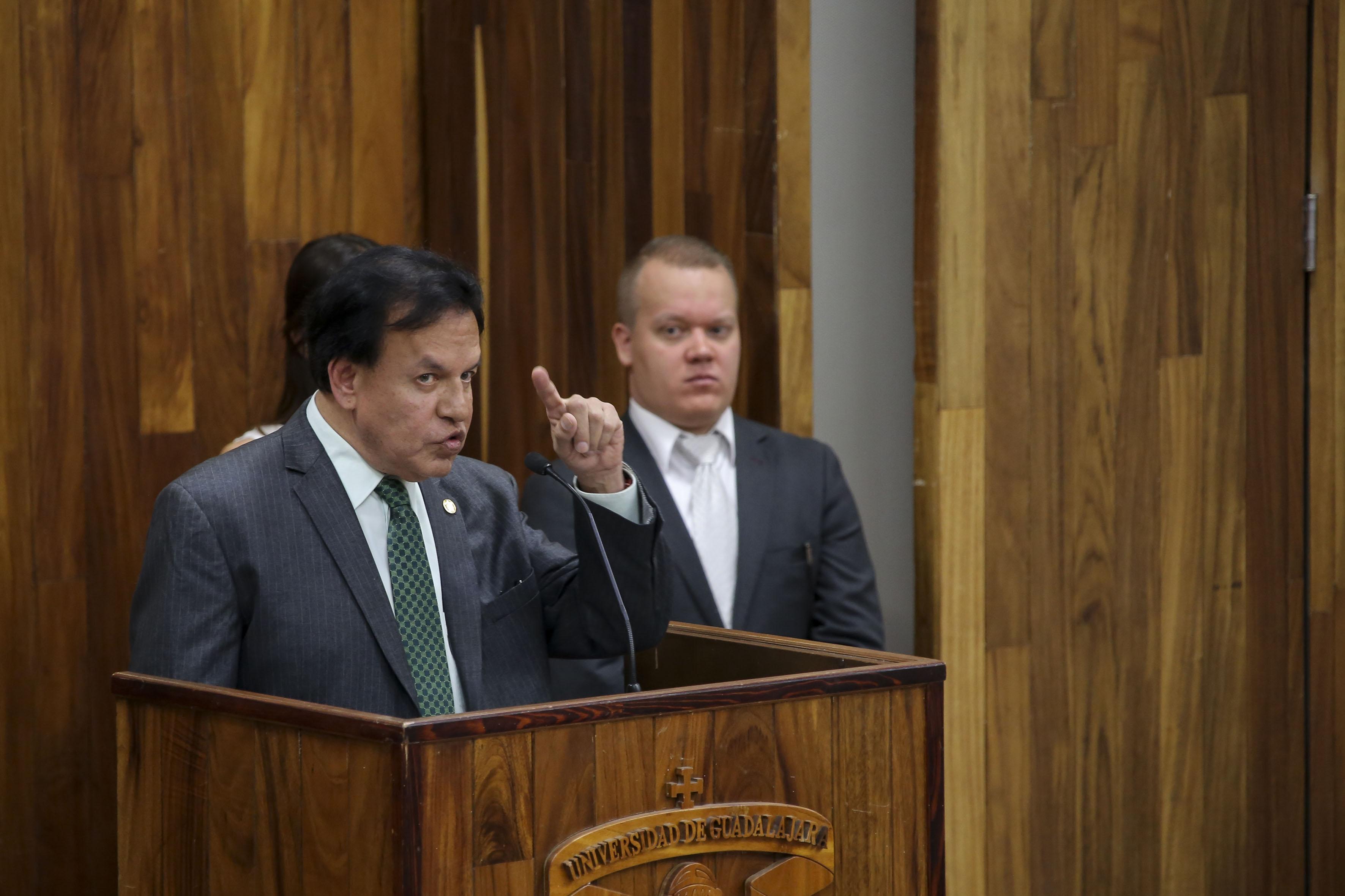 Ponente hablando frente al microfono en la Ceremonia de conmemoración por el 100 aniversario de la promulgación de la Constitución Política de los Estados Unidos Mexicanos y del Estado de Jalisco