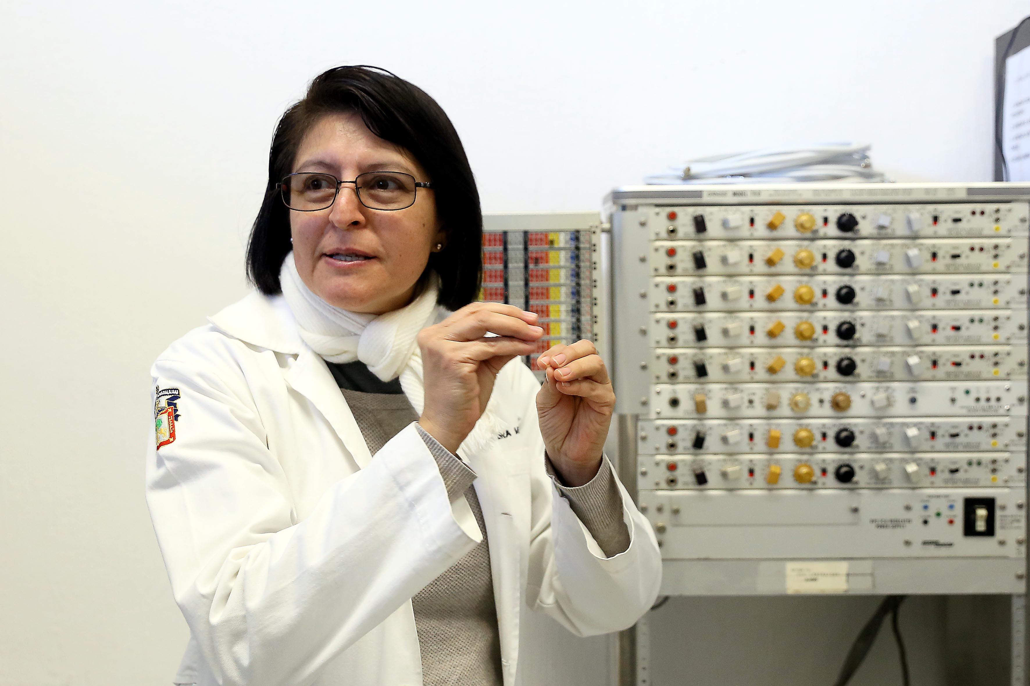 Doctora Laura Guadalupe Medina Ceja, académica adscrita al Laboratorio de Neurofisiología del CUCBA, explicando sus investigaciones en entrevista.