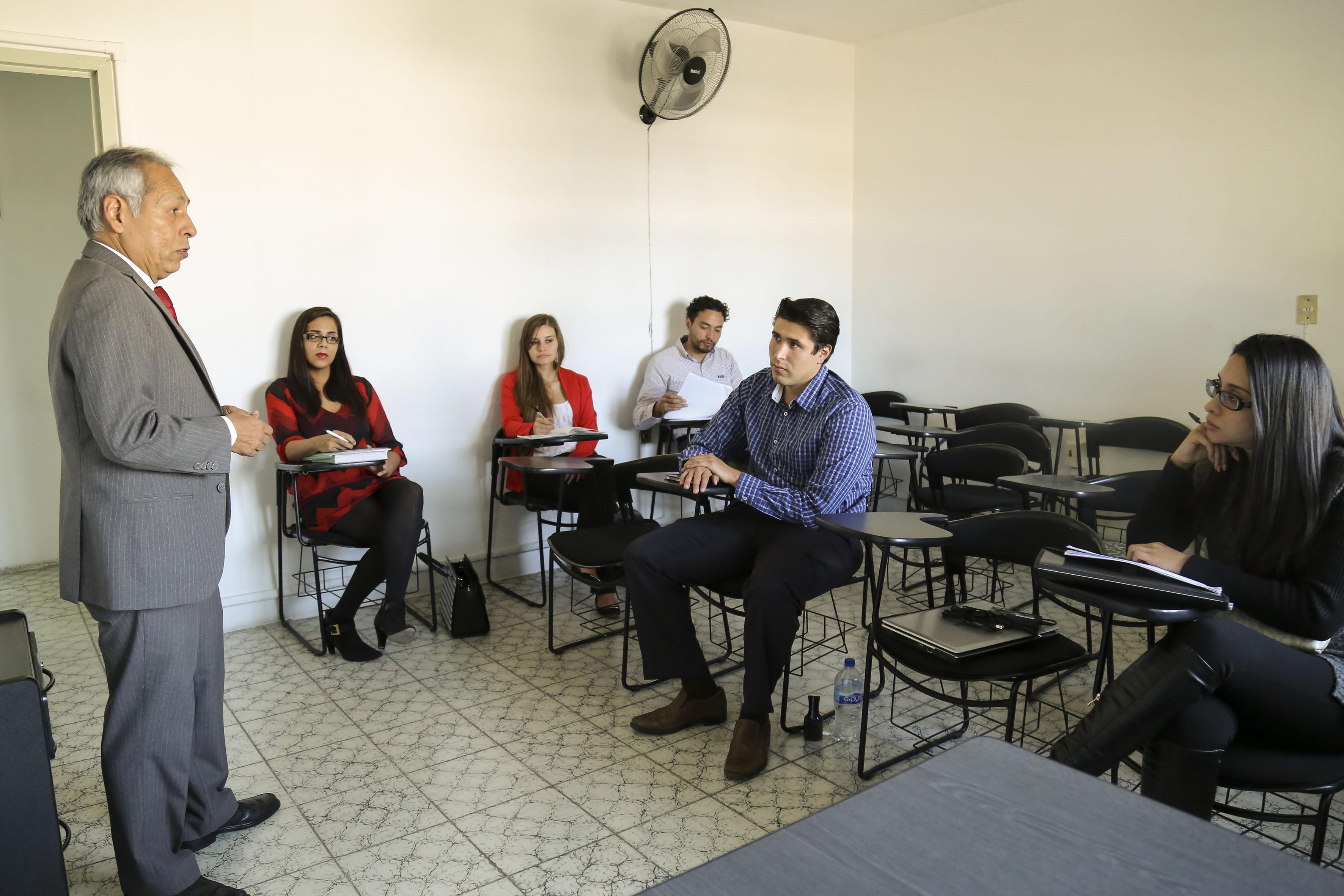 Profesor impartiendo su asignatura