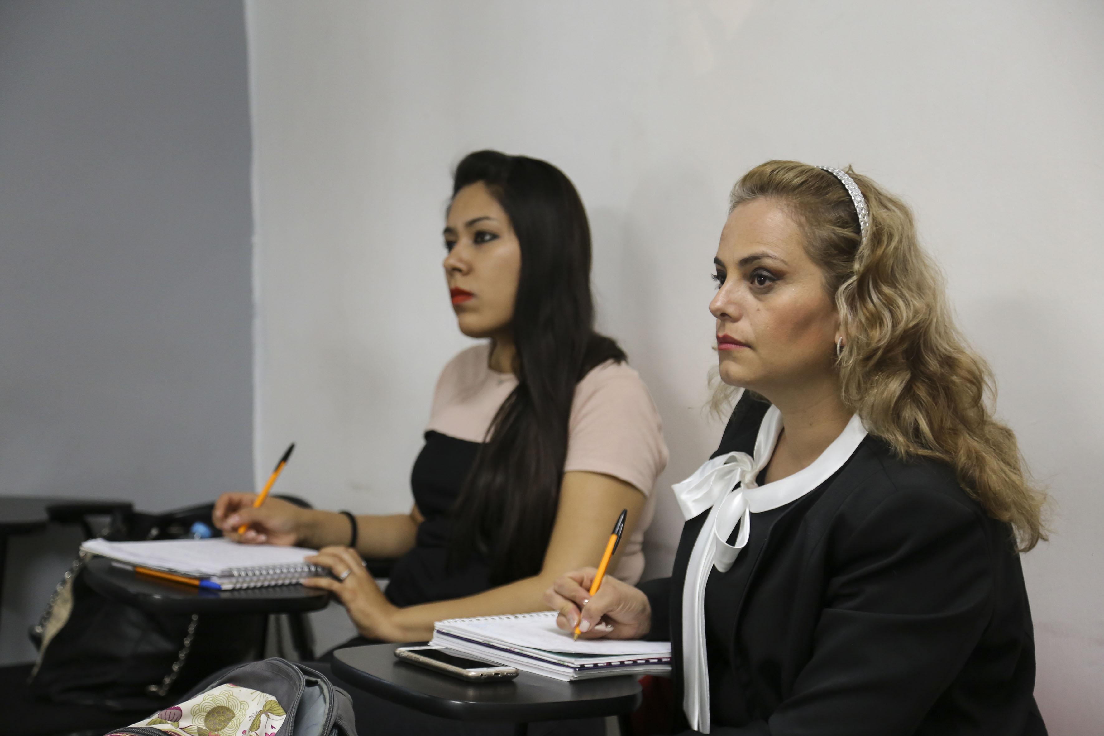 Alumnas tomando notas en clase