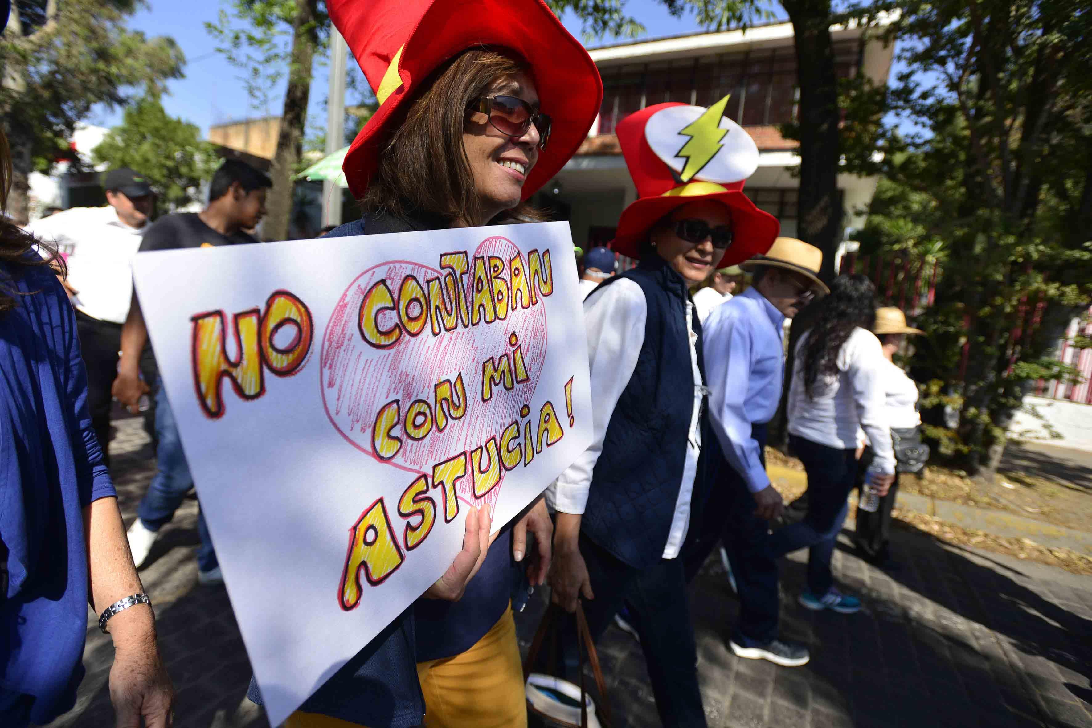 Manifestante protestando contra de los embates a México orquestados por el nuevo presidente de Estados Unidos, Donald Trump,