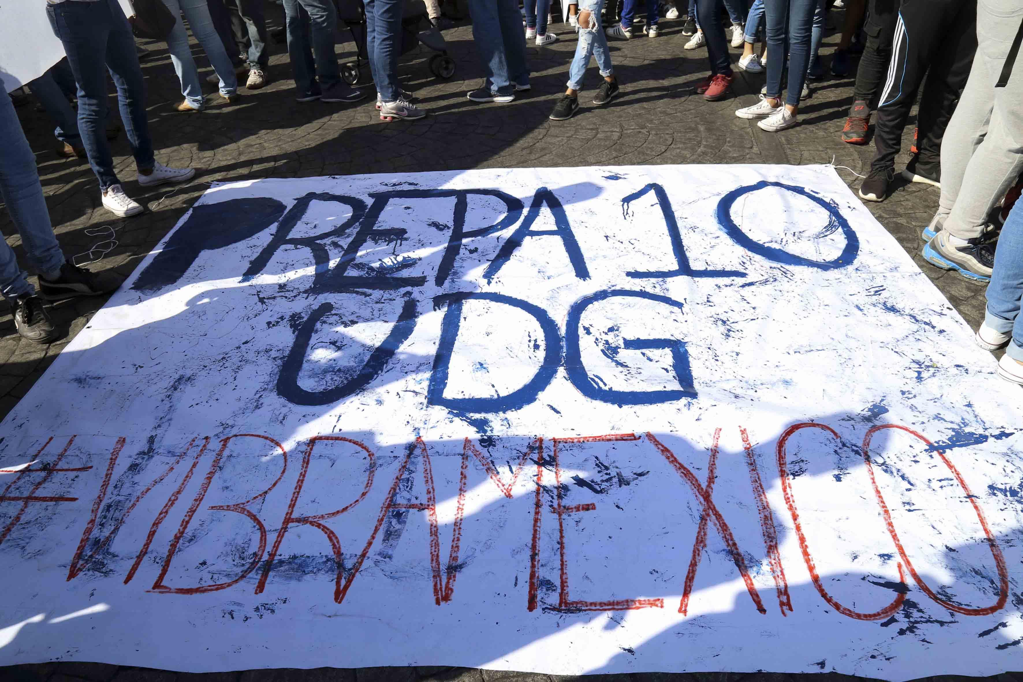 Estudiantes de la Preparatoria 10 participando en la marcha