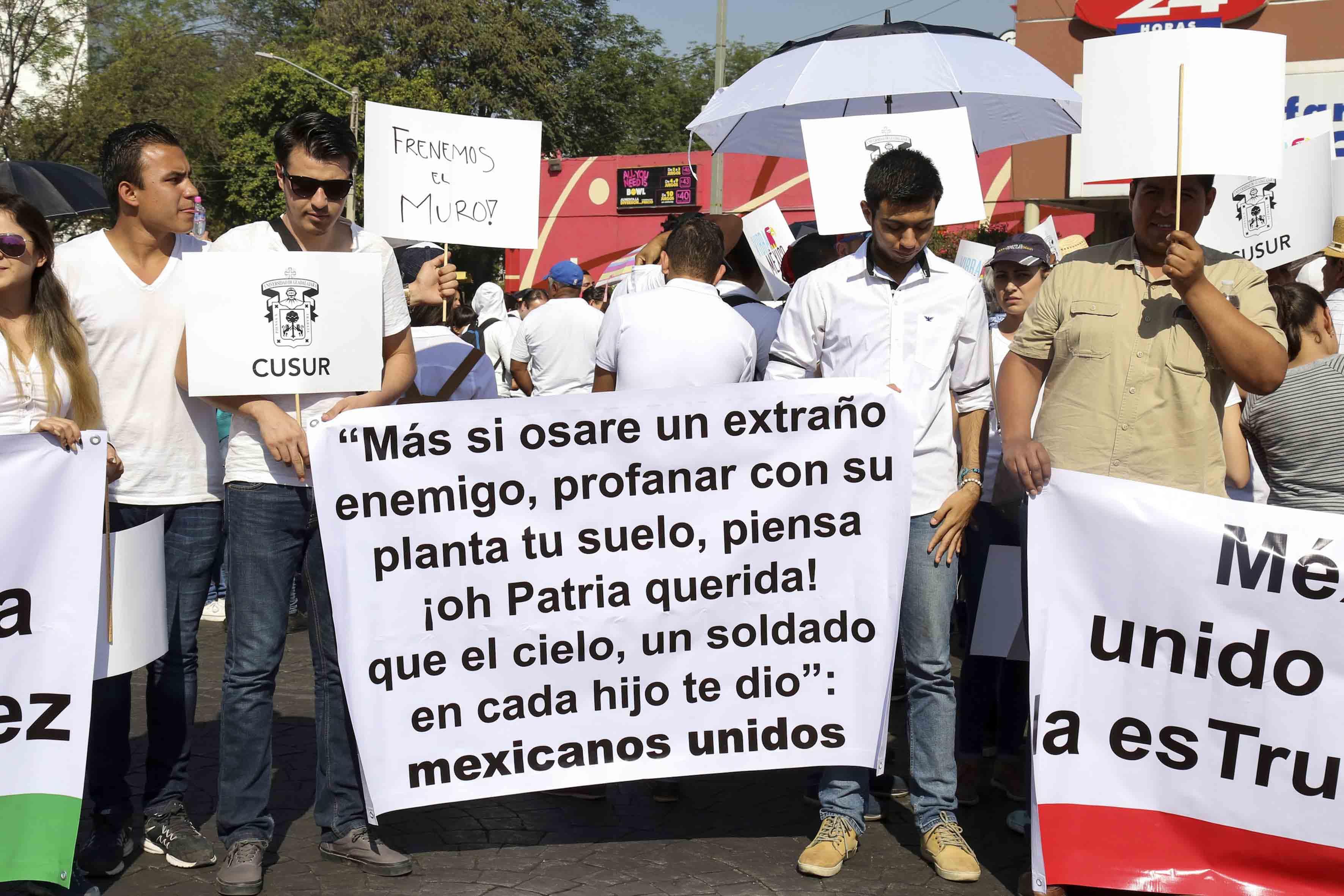Manifestantes protestando contra de los embates a México orquestados por el nuevo presidente de Estados Unidos, Donald Trump,