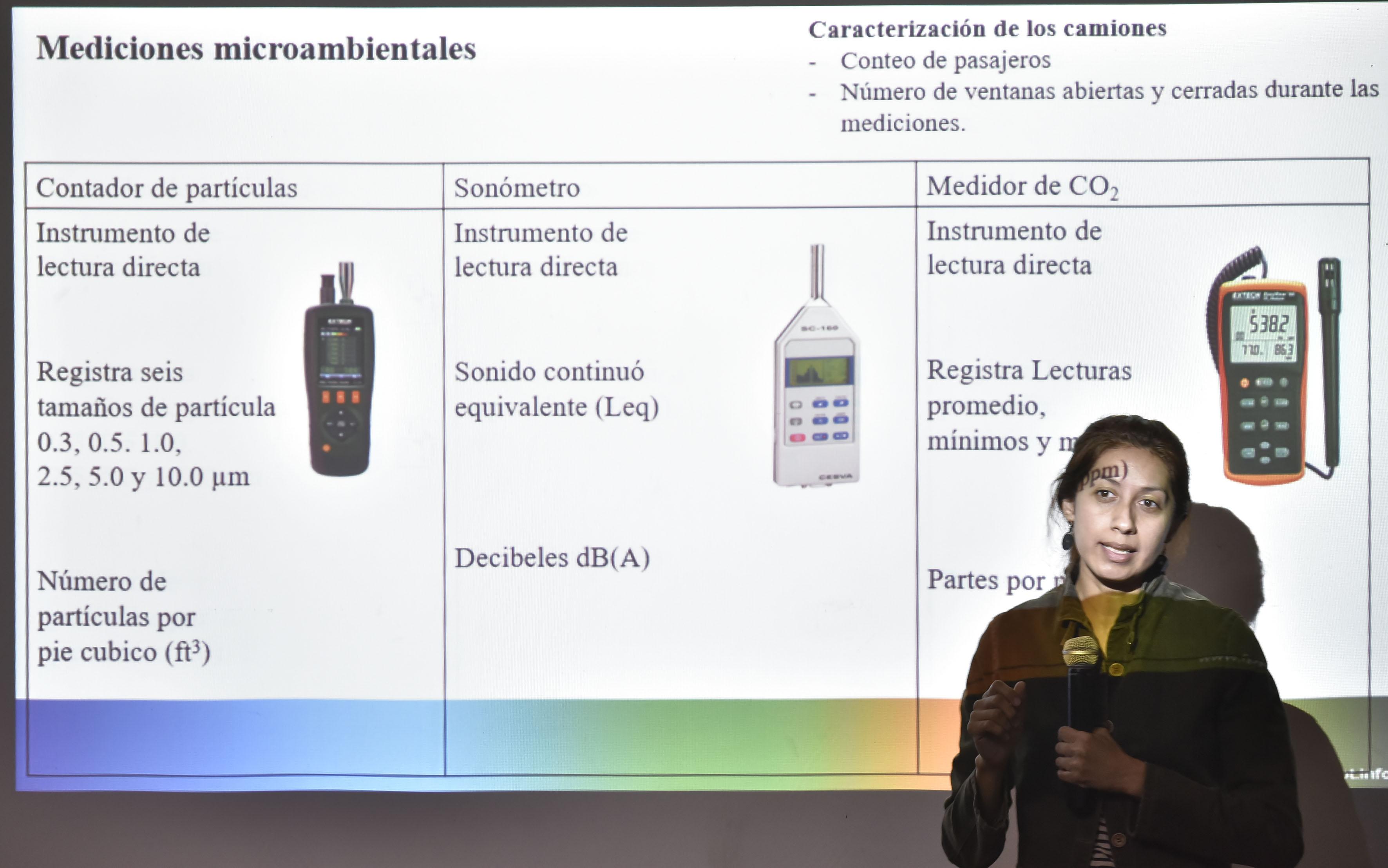 Perla Berenice Sánchez Torres, estudiante de la maestría en Ciencias de la Salud Ambiental del Centro Universitario de Ciencias Biológicas y Ambientales, con mic´rofono enmano, exponiendo los resultados de las mediciones microambientales de su investigación.