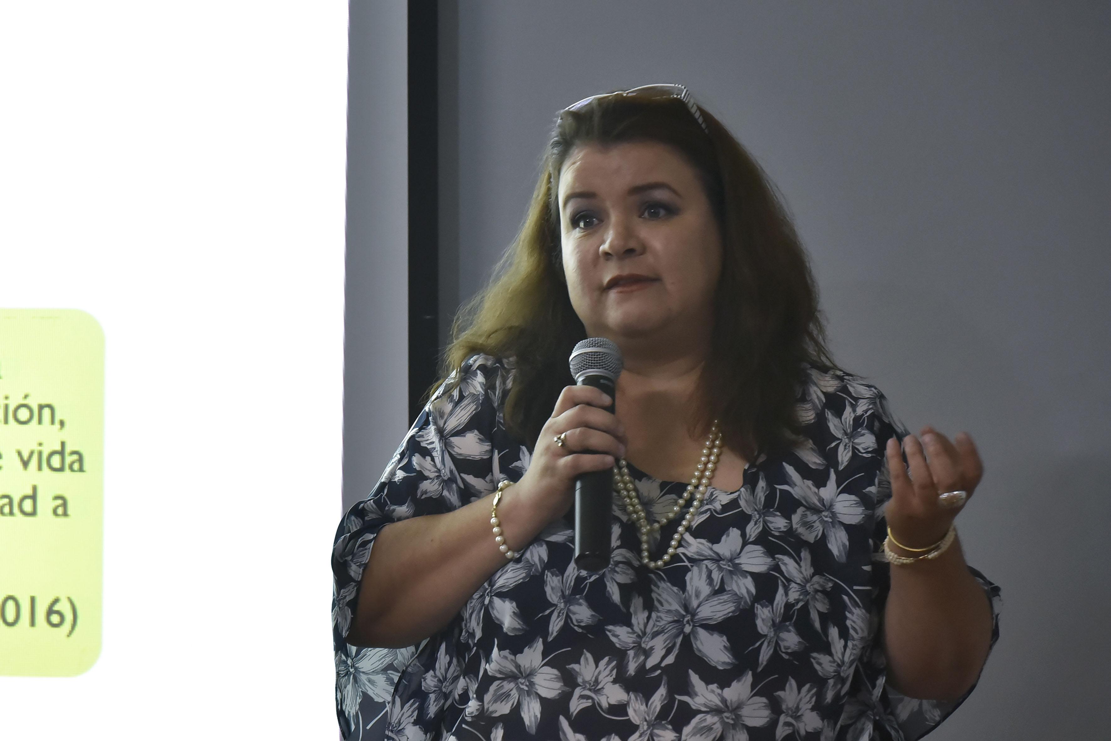 Elizabeth Marisol Zedillo Camarena, maestrante de Ciencias de la Salud Ambiental en el CUCBA, con micrófono en mano, haciendo uso de la palabra.