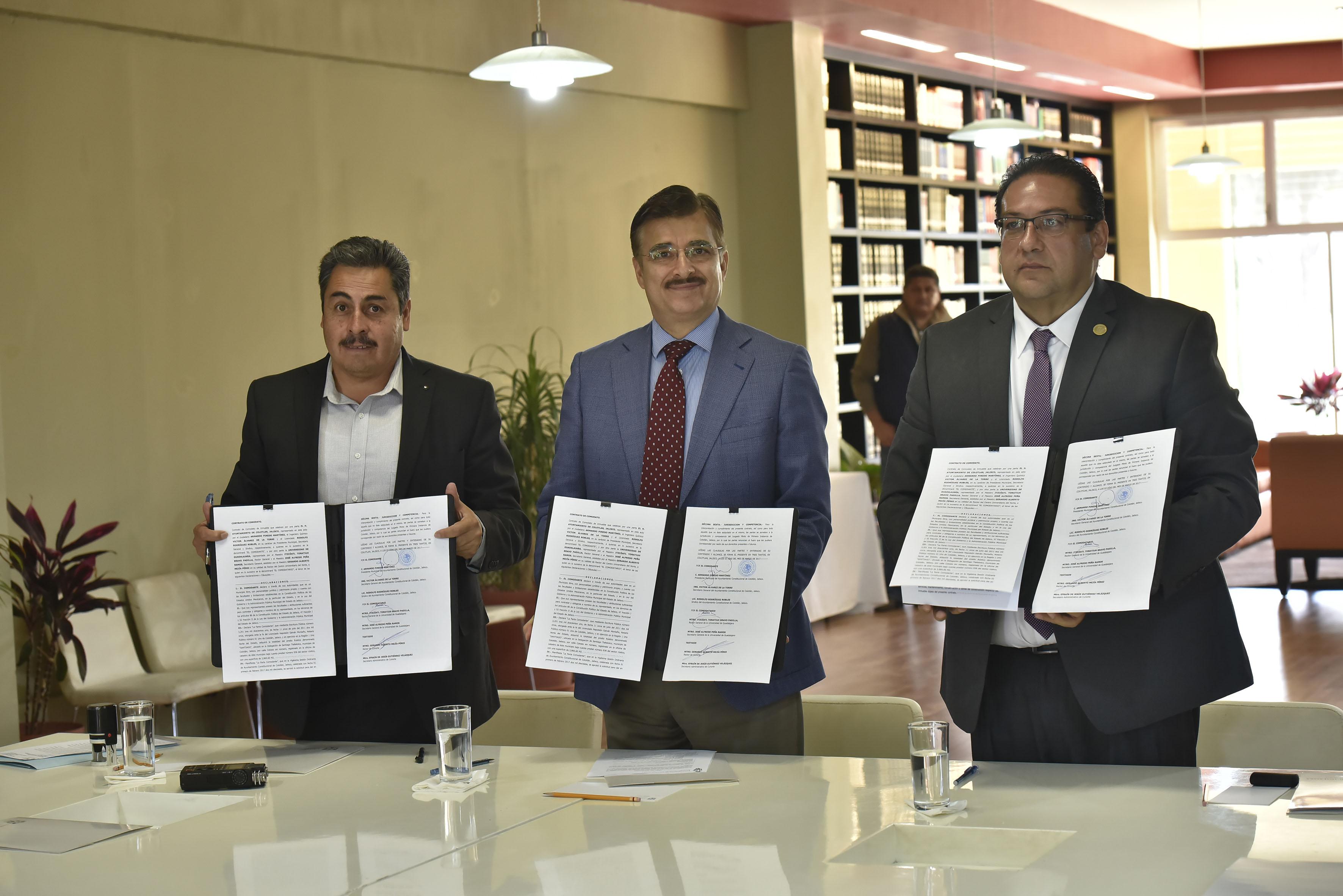 Autoridades de la Universidad de Guadalajara y Armando Pinedo Martínez, Presidente municipal de Colotlán, mostrando contrato firmado.