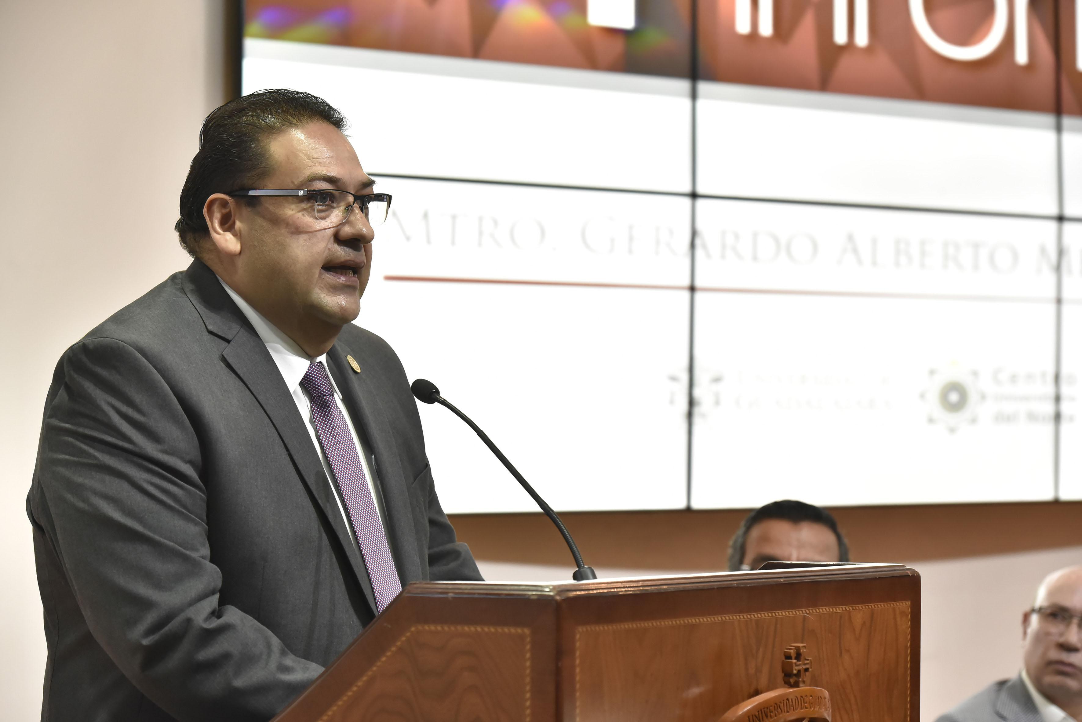 Maestro Gerardo Alberto Mejía Pérez, Rector del Centro Universitario del Norte (CUNorte), frente al micrófono.