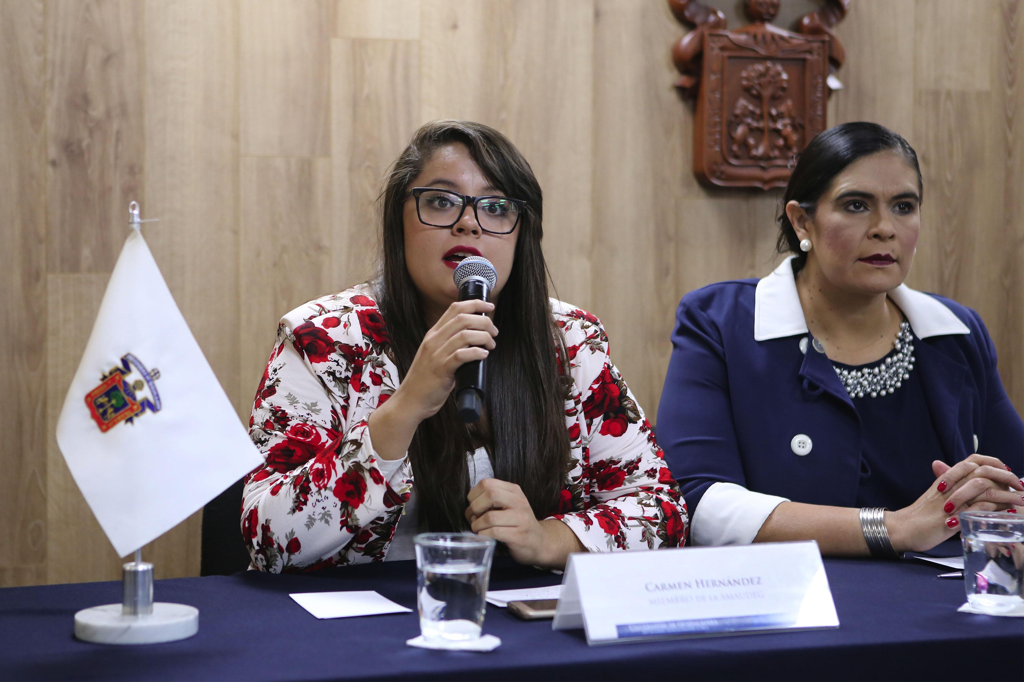 Carmen Hernández, de la AMAUdeG participando en rueda de prensa