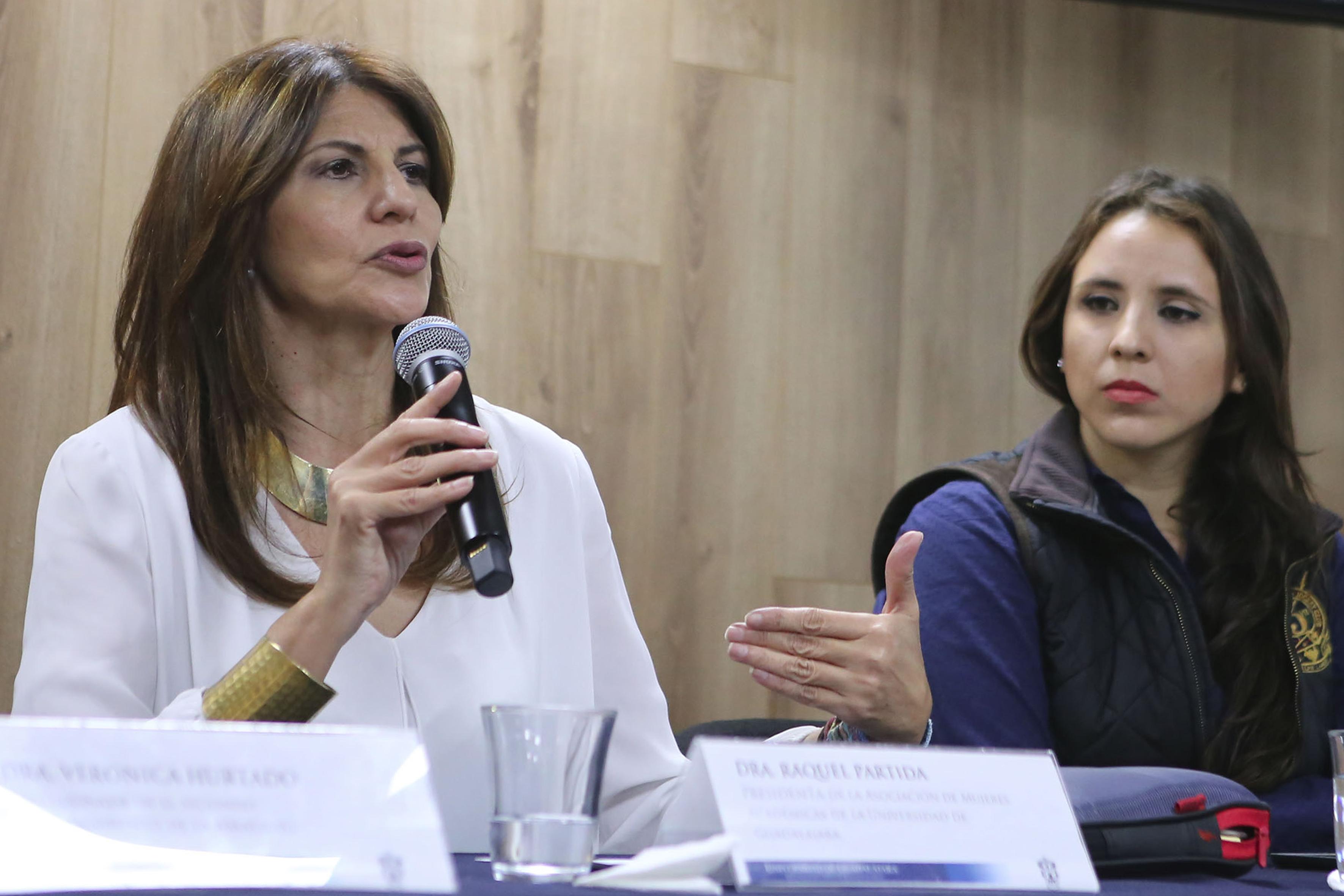 Dra. Raquel Partida Rocha participando en rueda de prensa