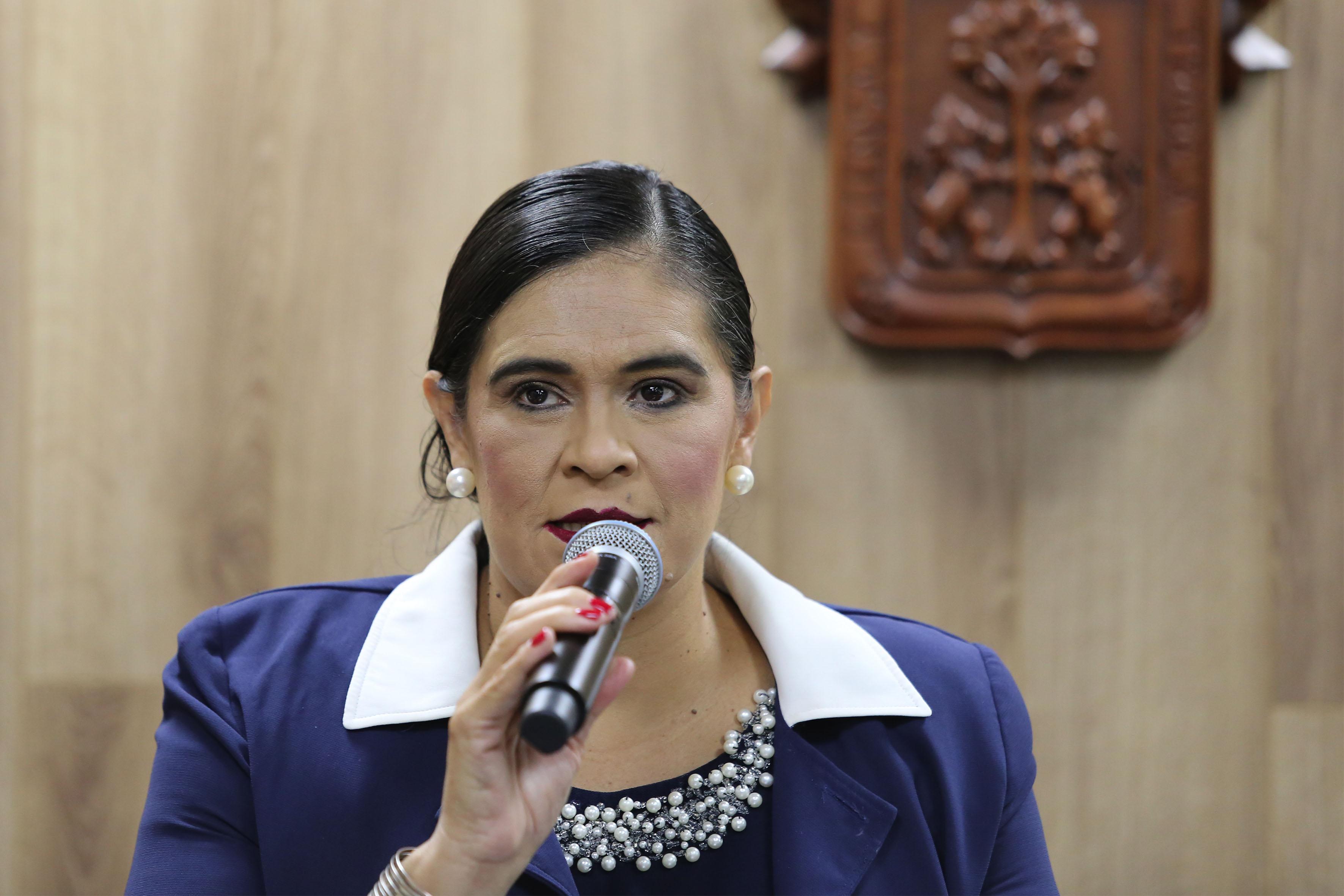 Dra.Verónica Hurtado López haciendo uso de la palabra en rueda de prensa