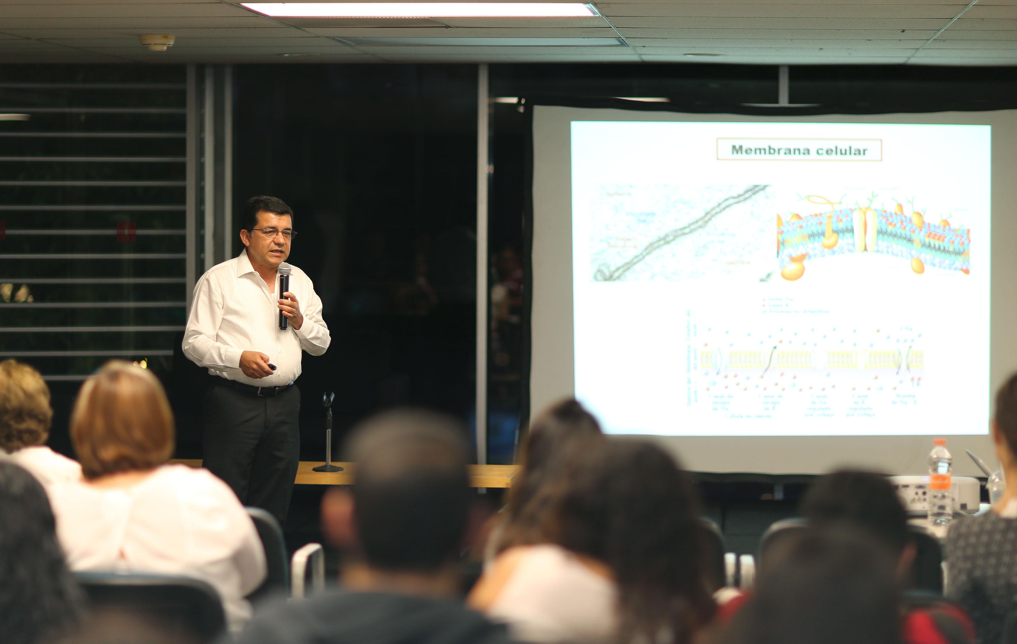 """Dr. Mario Alberto Ramírez Herrera, en el marco de la actividad """"Ciencia desde lo básico"""", que organiza el Centro Universitario de Ciencias Biológicas y Agropecuarias (CUCBA), en la librería José Luis Martínez del Fondo de Cultura Económica (FCE)."""