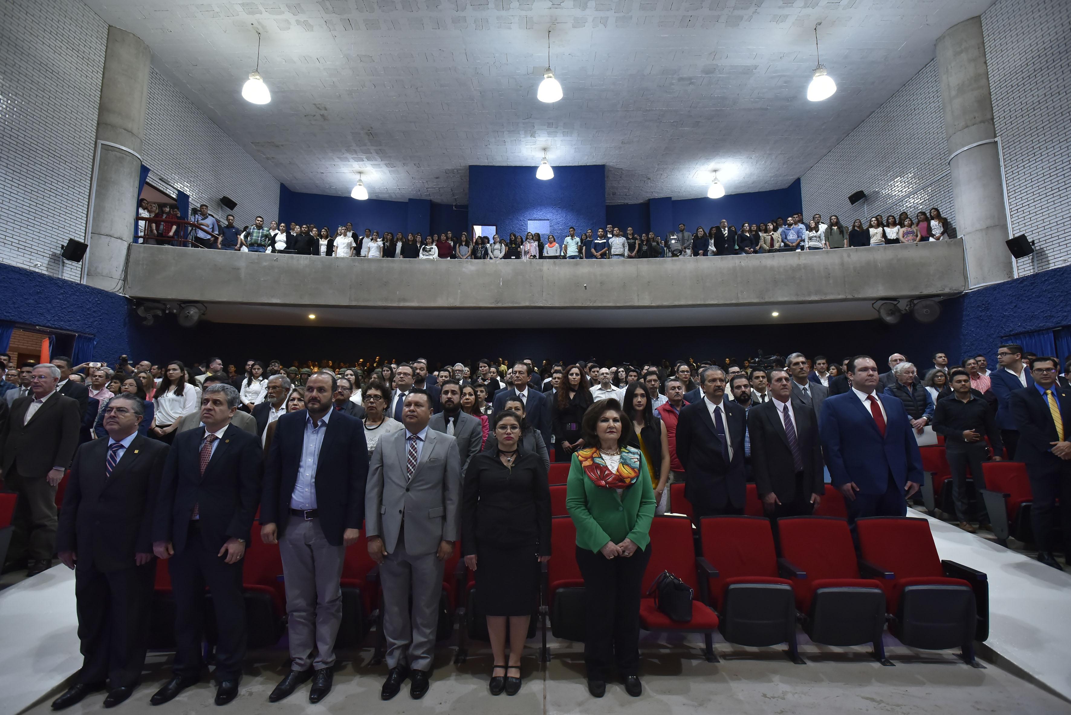 Público asistente al informe de actividades, participando en el acto de clausura.