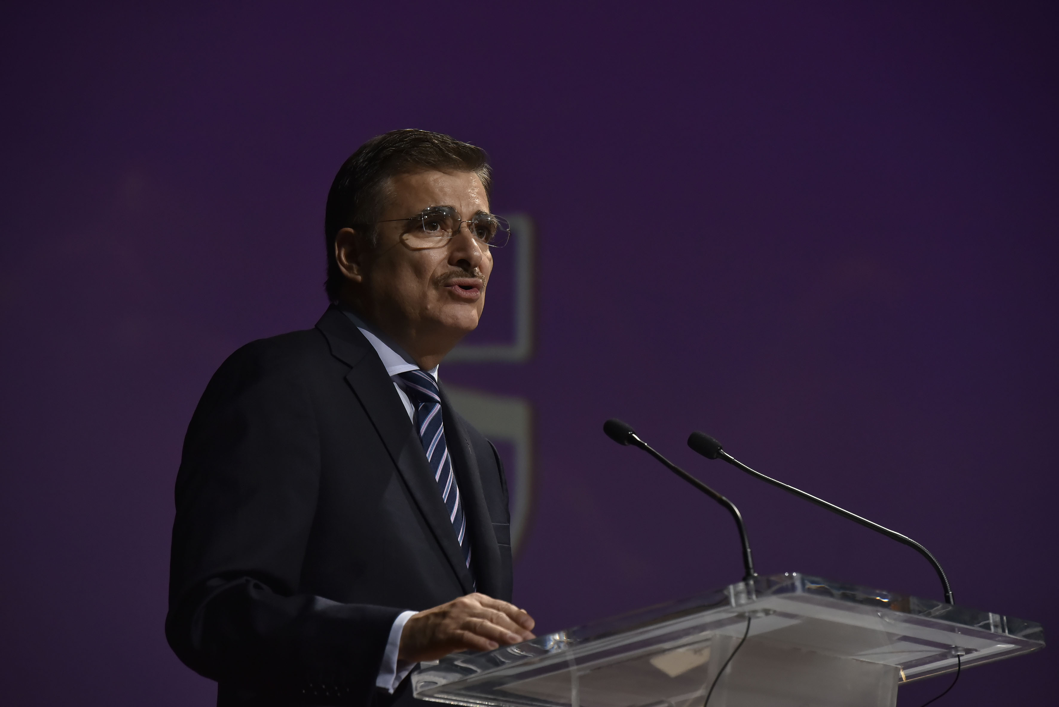 Maestro Itzcóatl Tonatiuh Bravo Padilla, Rector General de la Universidad de Guadalajara, en podium del auditorio, haciendo uso de la palabra.