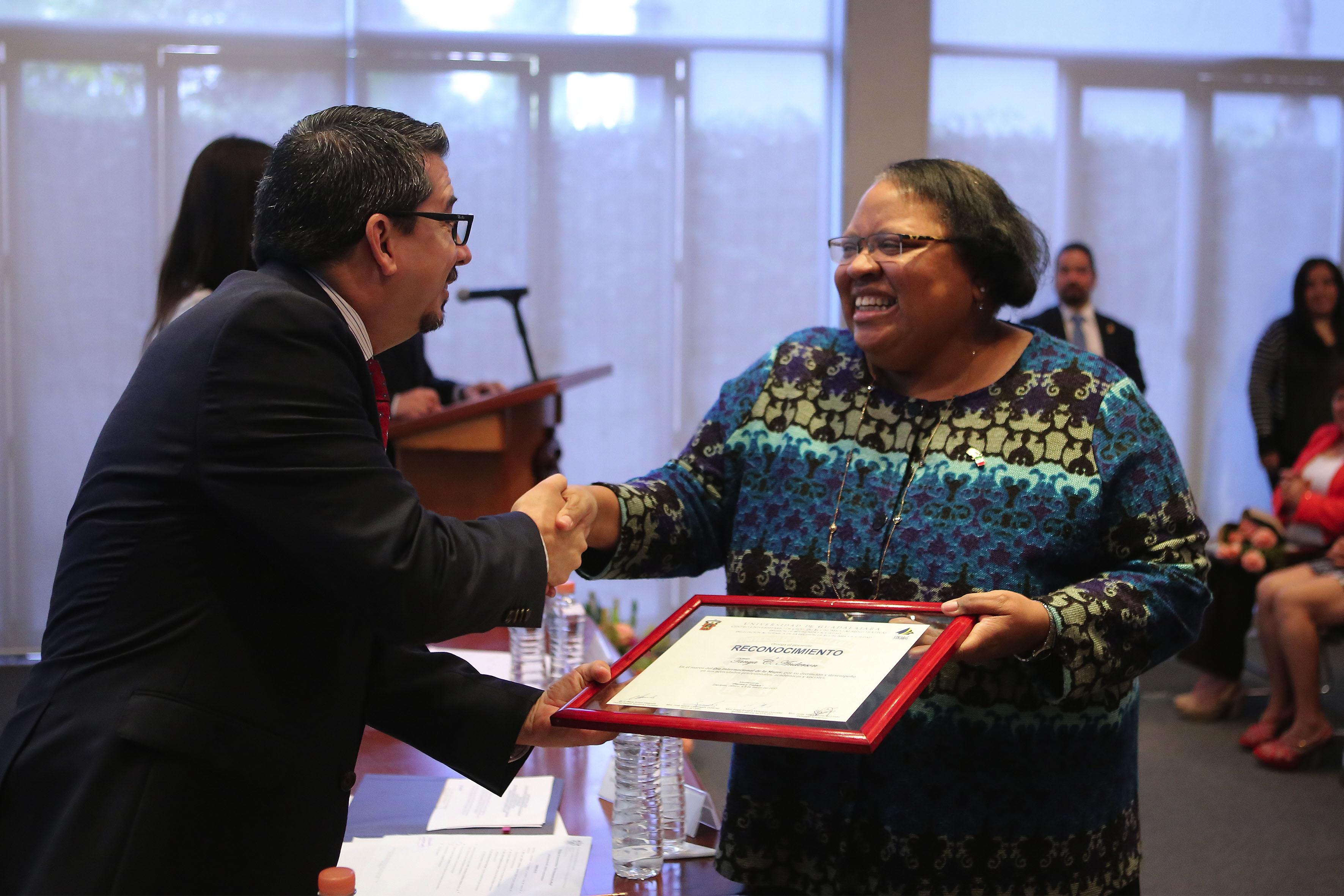 Tanya C. Anderson, Cónsul general de Estados Unidos en Guadalajara, recibiendo reconocimiento por parte del Rector del Centro Universitario de Ciencias Económico Administrativas.