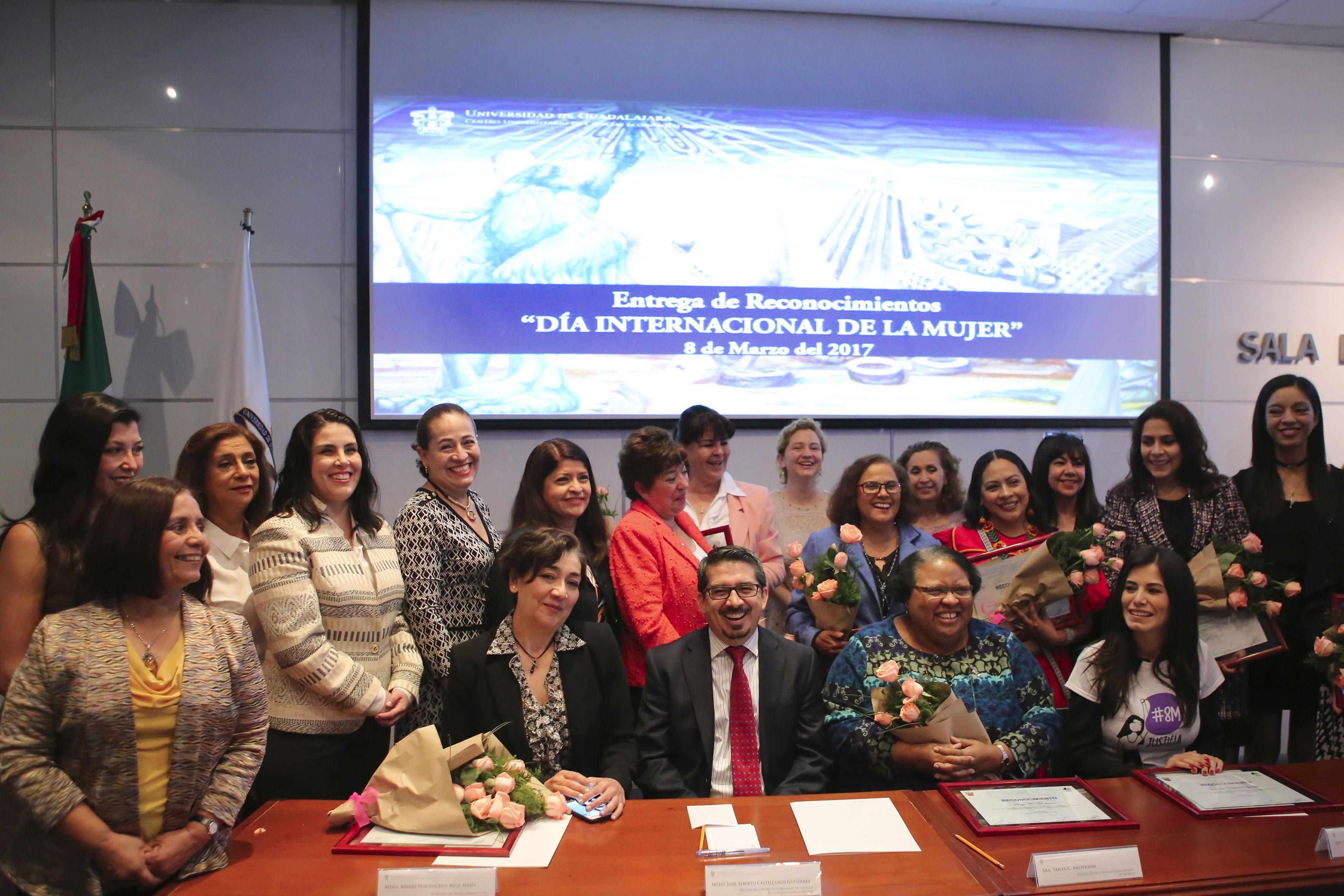 Momento fotográfico del grupo de mujeres, reconocidas por su labor en los ámbitos educativo, profesional y social.