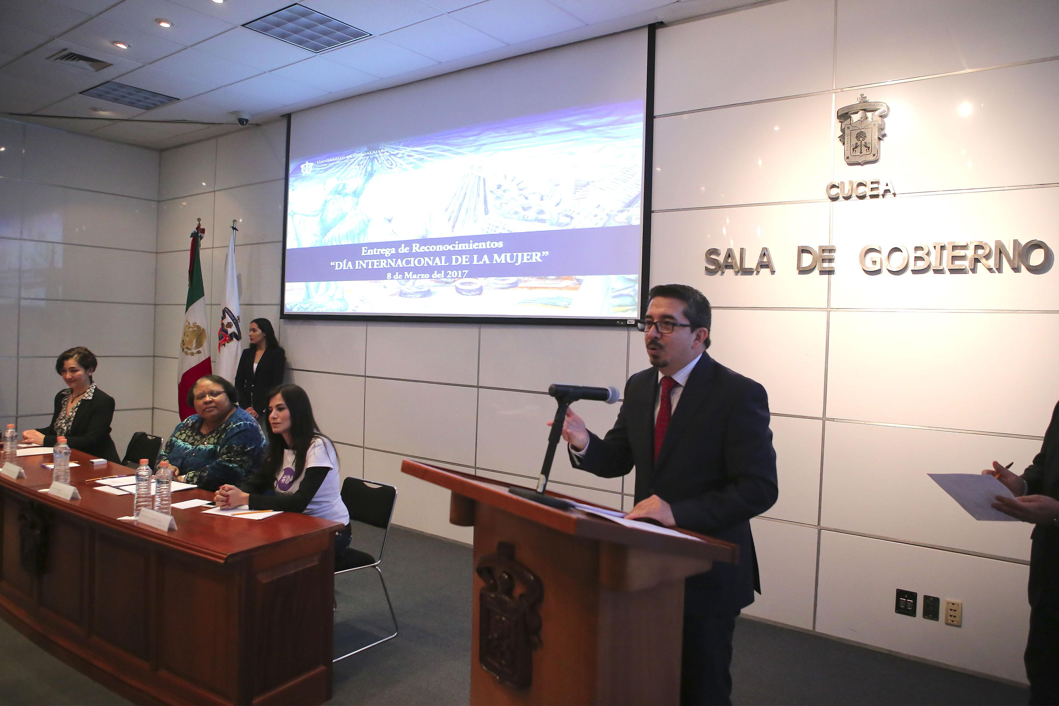 Maestro Alberto Castellanos Gutiérrez, Rector del Centro Universitario del Ciencias Económico Administrativas (CUCEA), participando en la ceremonia.