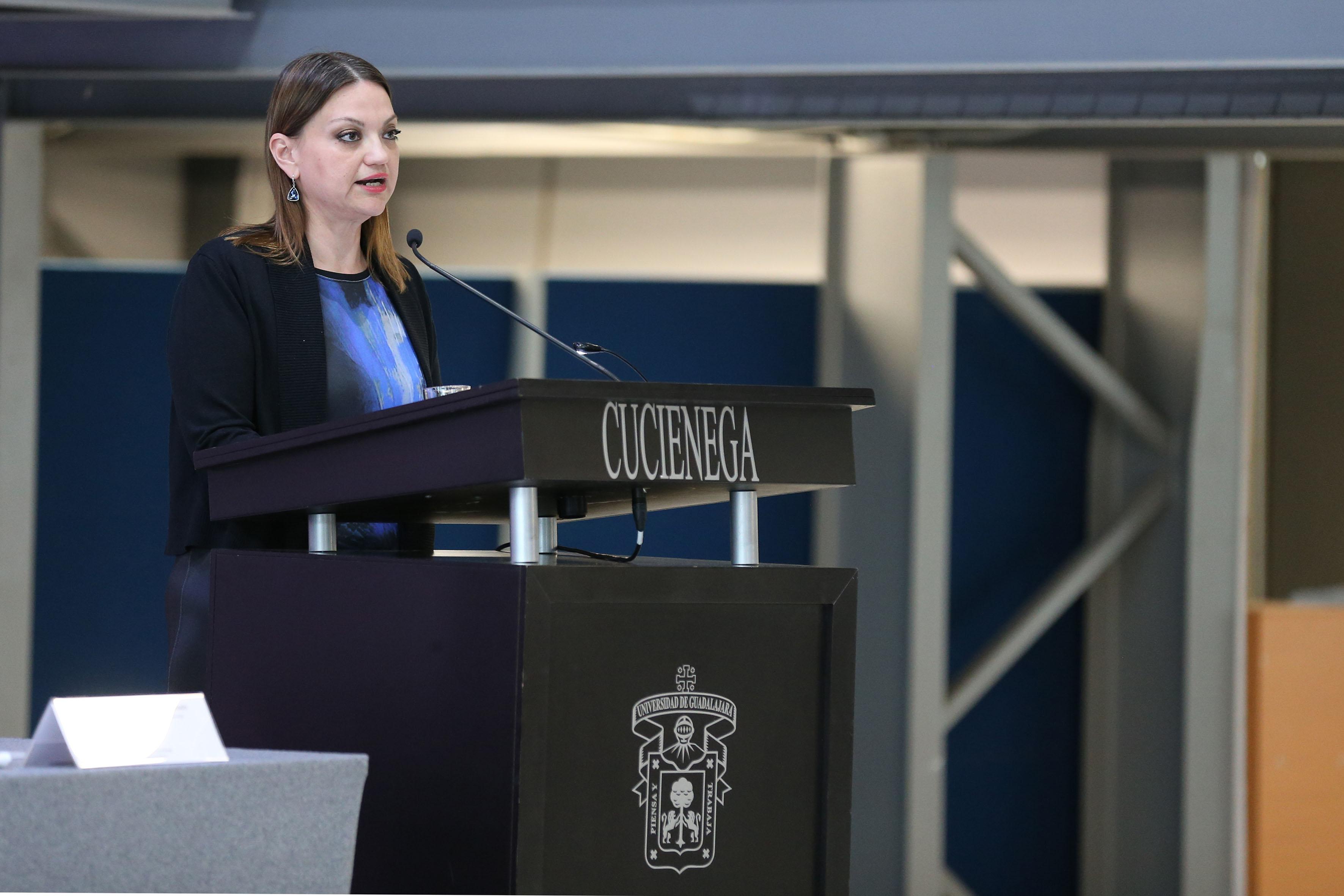 Mtra. María Felícitas Parga Jiménez, Rectora del Centro Universitario de la Ciénega (CUCiénega), haciendo uso de la palabra